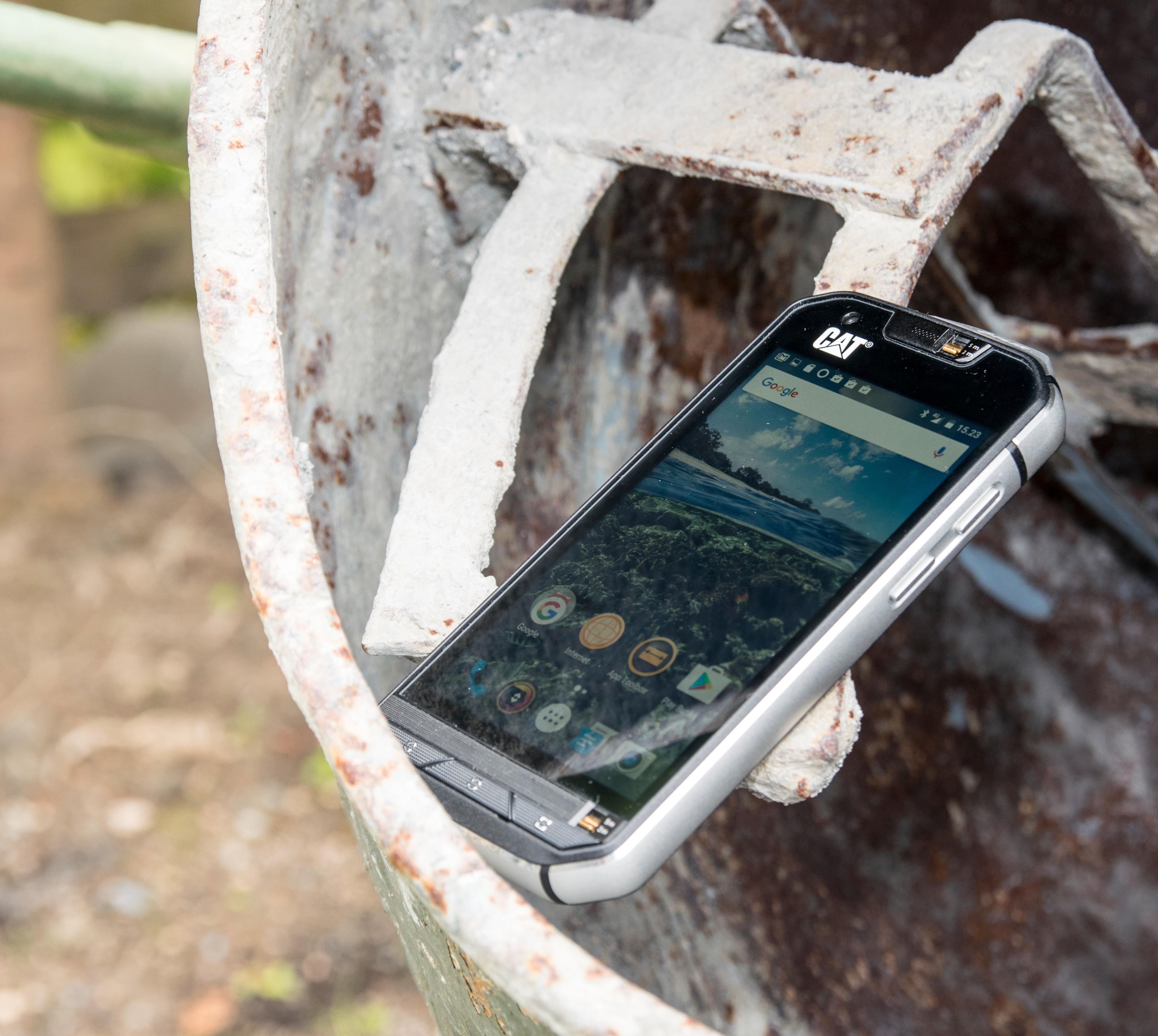 Cat S60 skal tåle masse, og de store aluminiumspanelene langs siden av telefonen virker å underbygge dette.