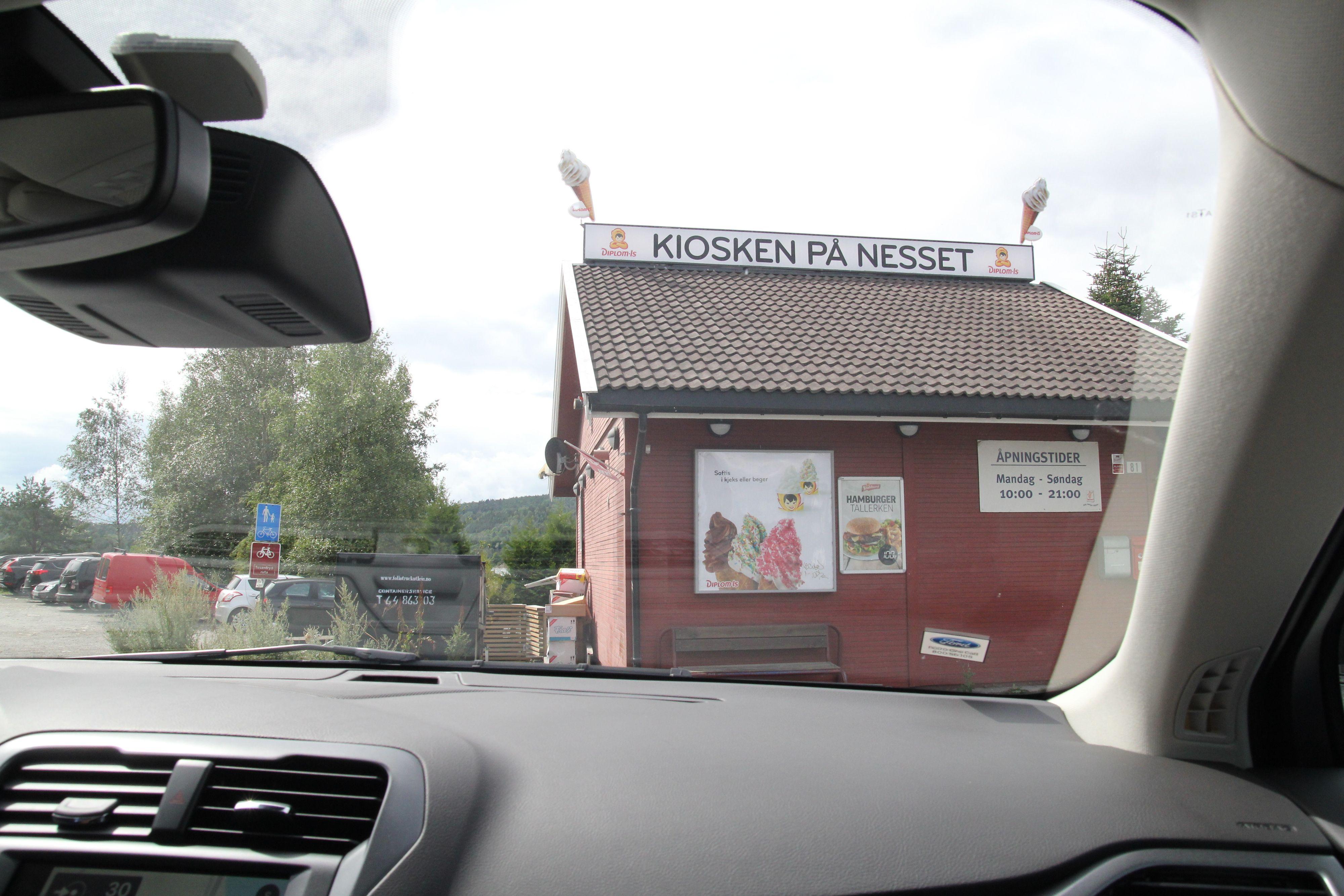Legendariske kiosken på Nesset er et sted folk fra fjern og nær valfarter til på sommerstid for å kose seg med skikkelig god softis.