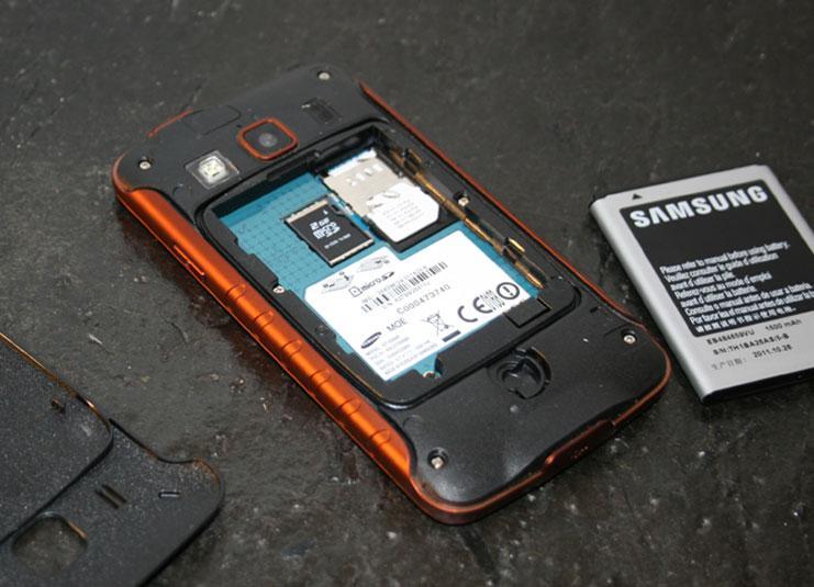 Gummiforinger holder batterirommet tørt. Minnekortet sitter under batteriet.