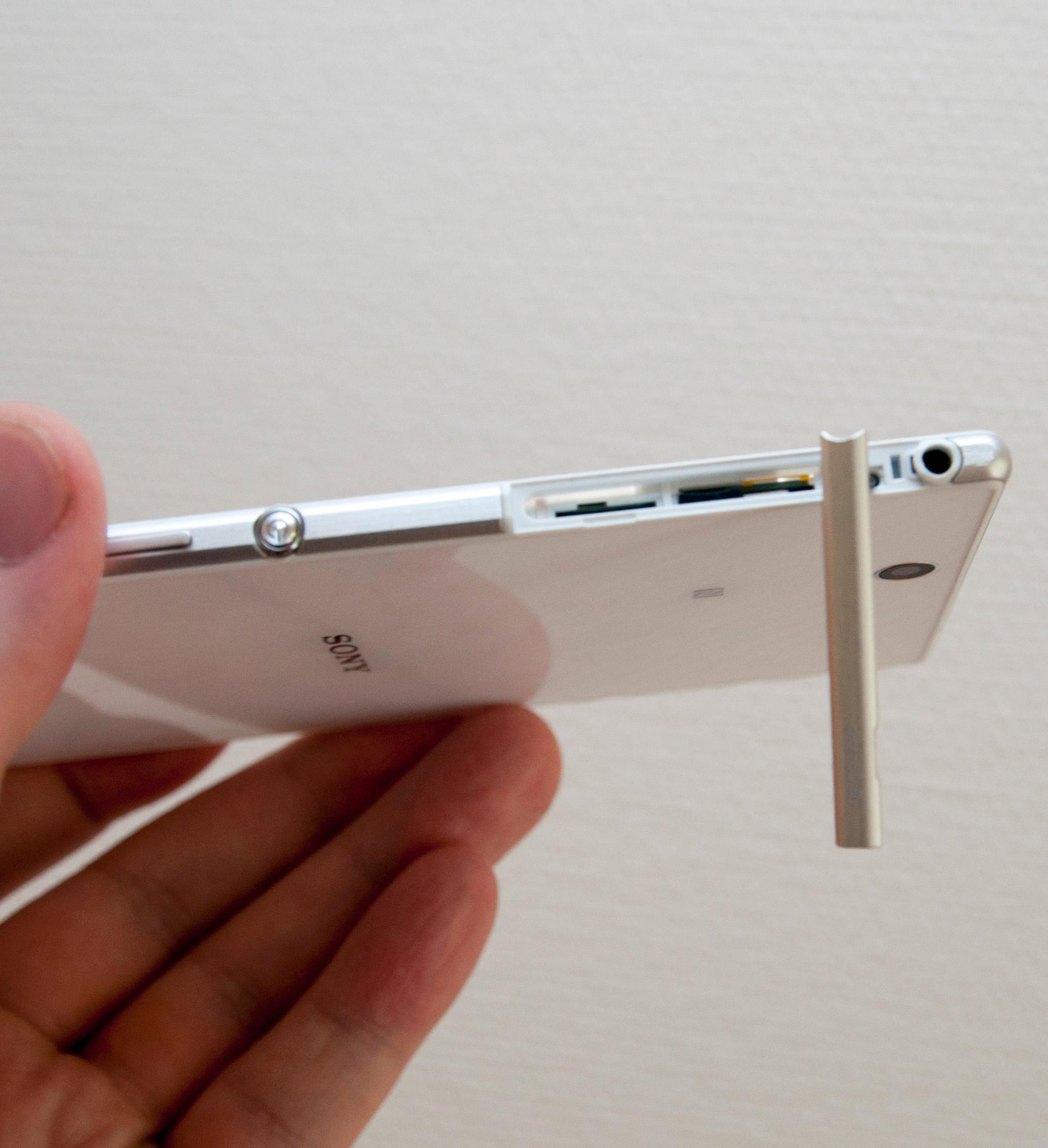 SIM- og SD-kort har blitt plassert bak samme luke.Foto: Finn Jarle Kvalheim, Amobil.no