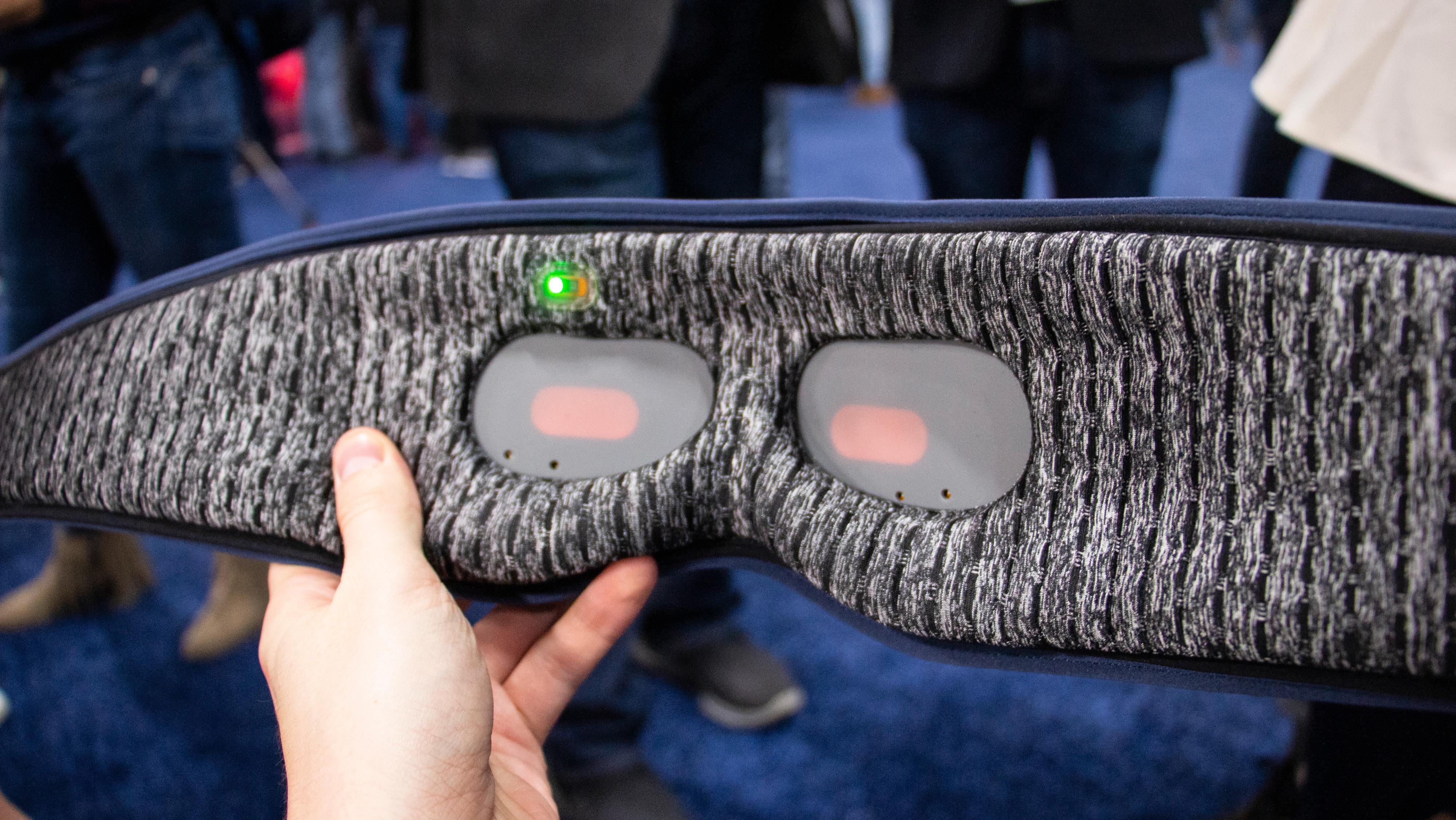 Det er disse panelene som lyser opp øyelokkene dine. Det grønne lyset brukes til å registrere søvnen din.