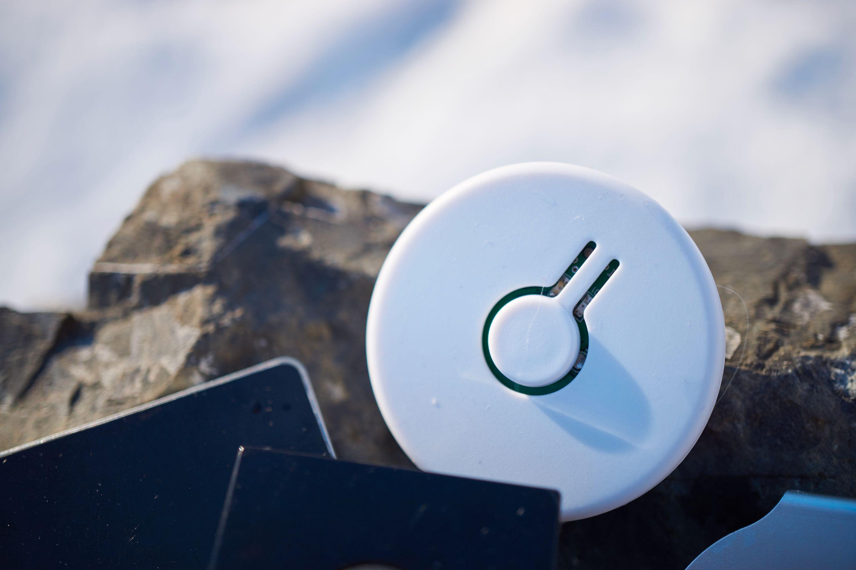 Knappen på fremsiden av brikken lar deg aktivere forskjellige funksjoner, men først og fremst brukes den til å lokalisere telefonen din.