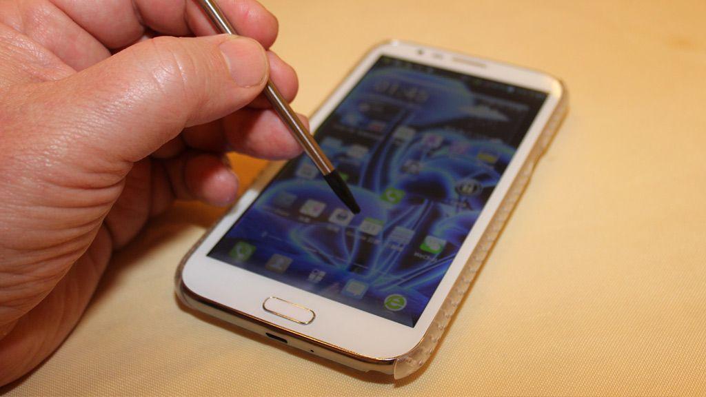 Pennen er en vanlig skjermpenn uten andre funksjoner enn at den erstatter pekefingeren på skjermen..