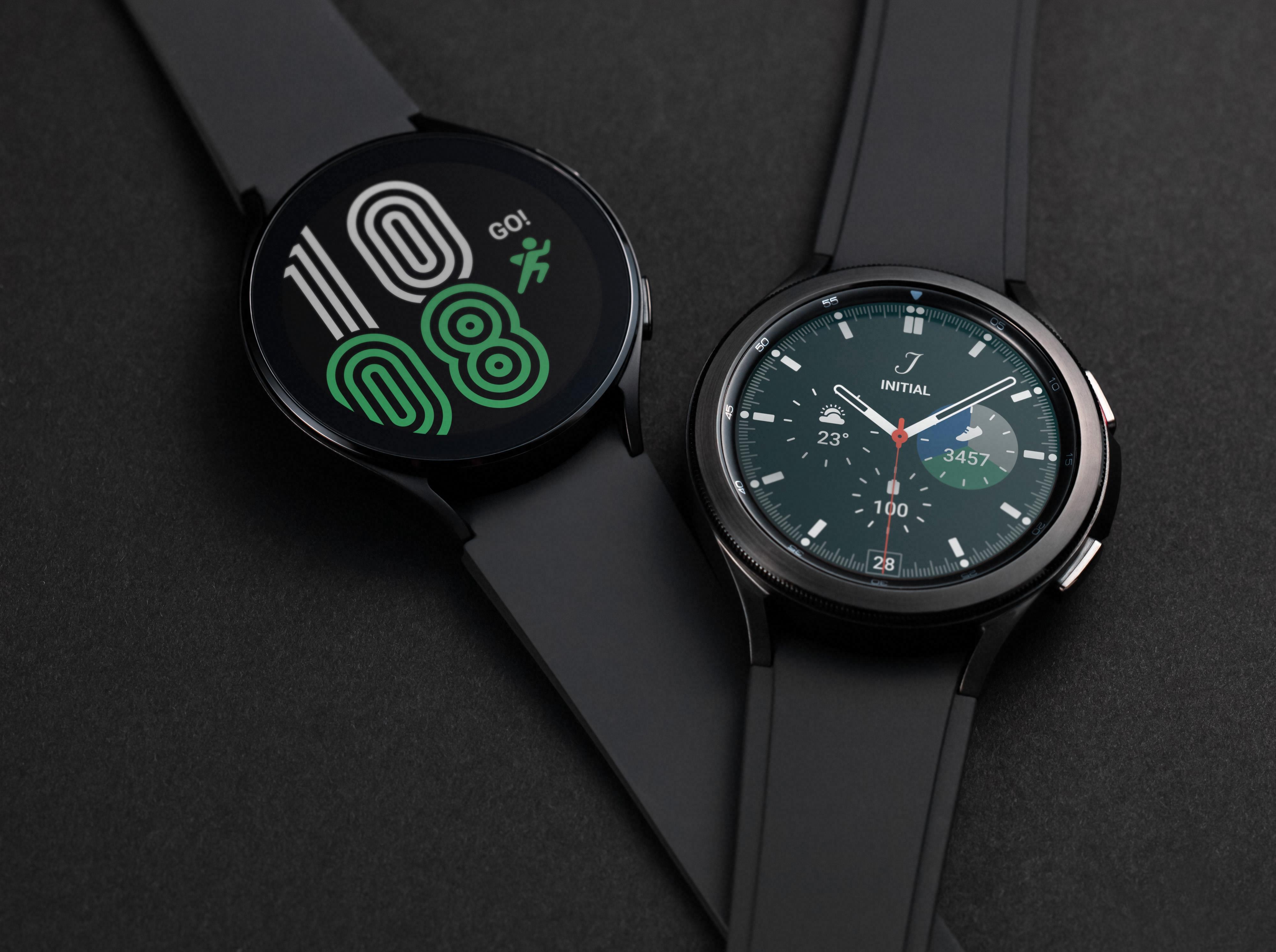 Galaxy Watch 4 kommer i to designvarianter - en «vanlig» og en litt dyrere Classic-utgave som har beholdt den gamle dreieskiven rundt skjermen.