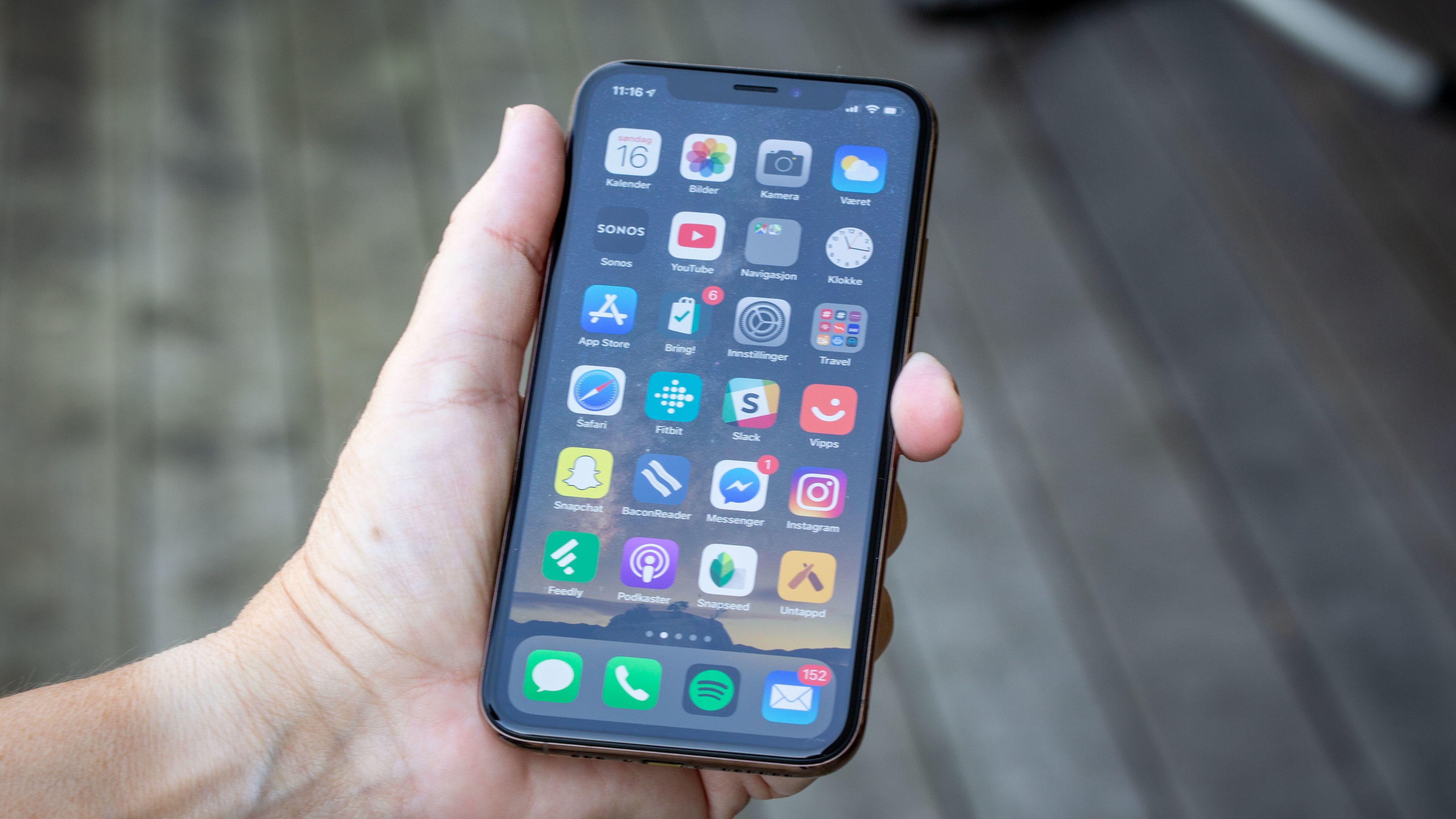iPhone X er omtrent like stor som iPhone 6, 7 og 8 i hånden, men har en skjerm som er mye større.