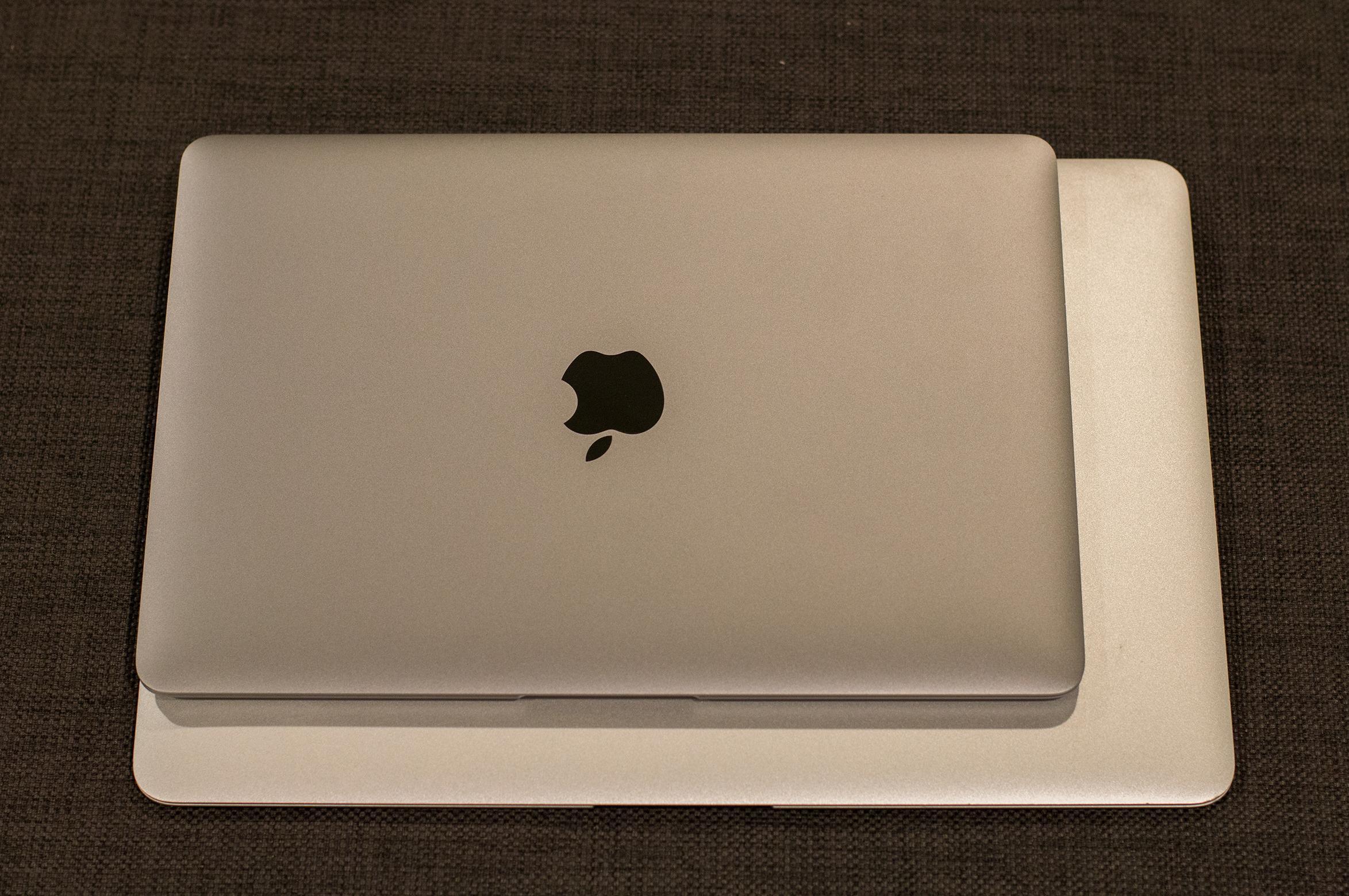 MacBook er mye mindre enn en MacBook Pro. Her er Stellargrå-varianten avbildet. Foto: Anders Brattensborg Smedsrud, Tek.no