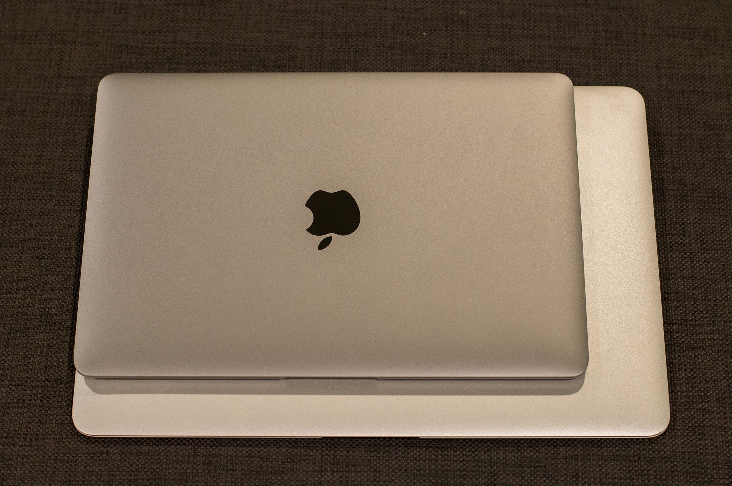 MacBook er mye mindre enn en MacBook Pro. Foto: Anders Brattensborg Smedsrud, Tek.no