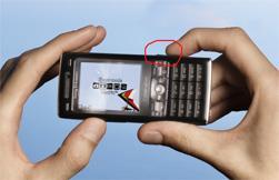 Hold mobilen som du holder et vanlig kamera Utløserknappen er sirklet inn. (Foto: Sony Ericsson)