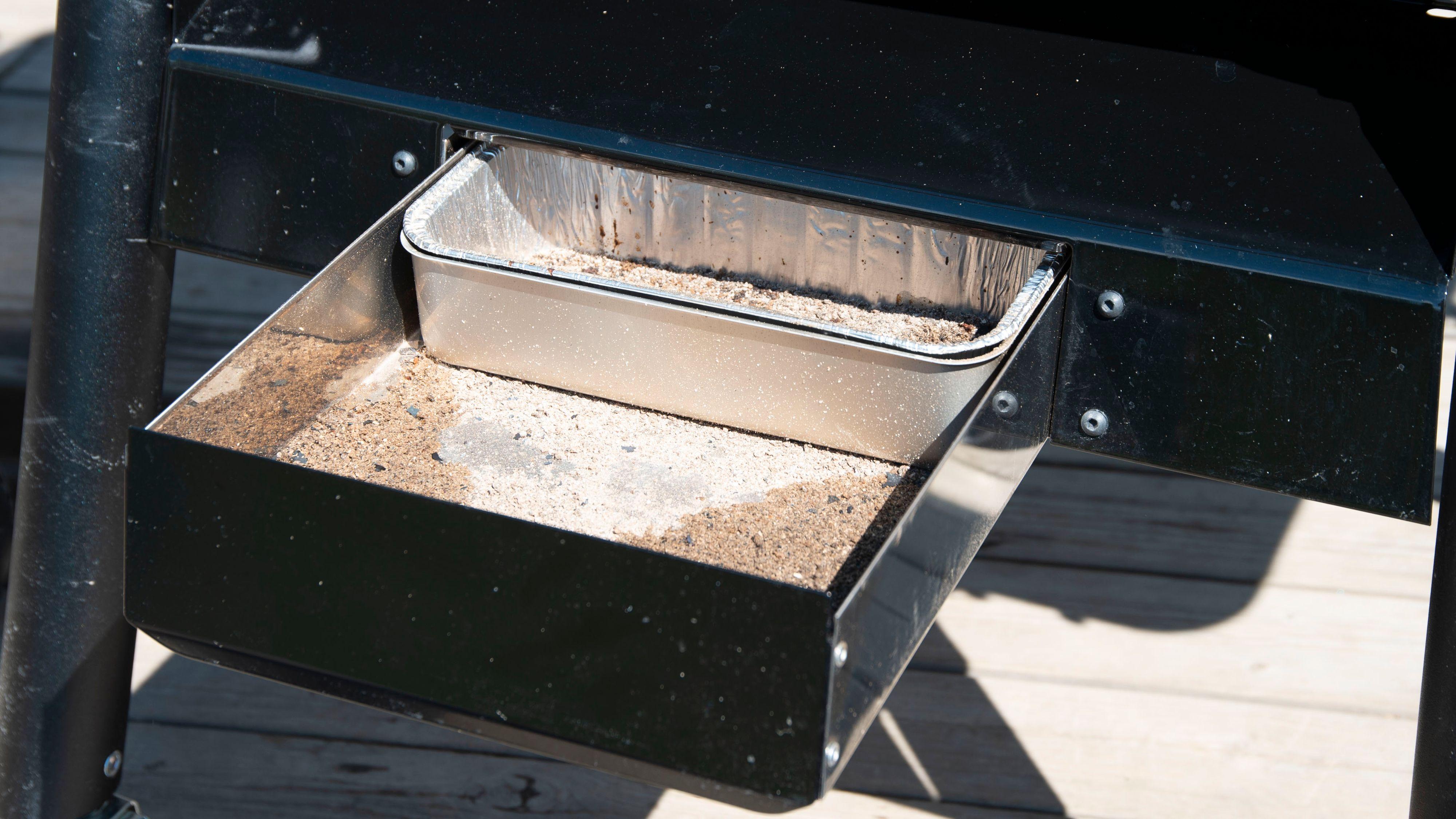Weber har en skuff i bunnen av grillen som lar deg tømme aske og fett på en enkel måte.