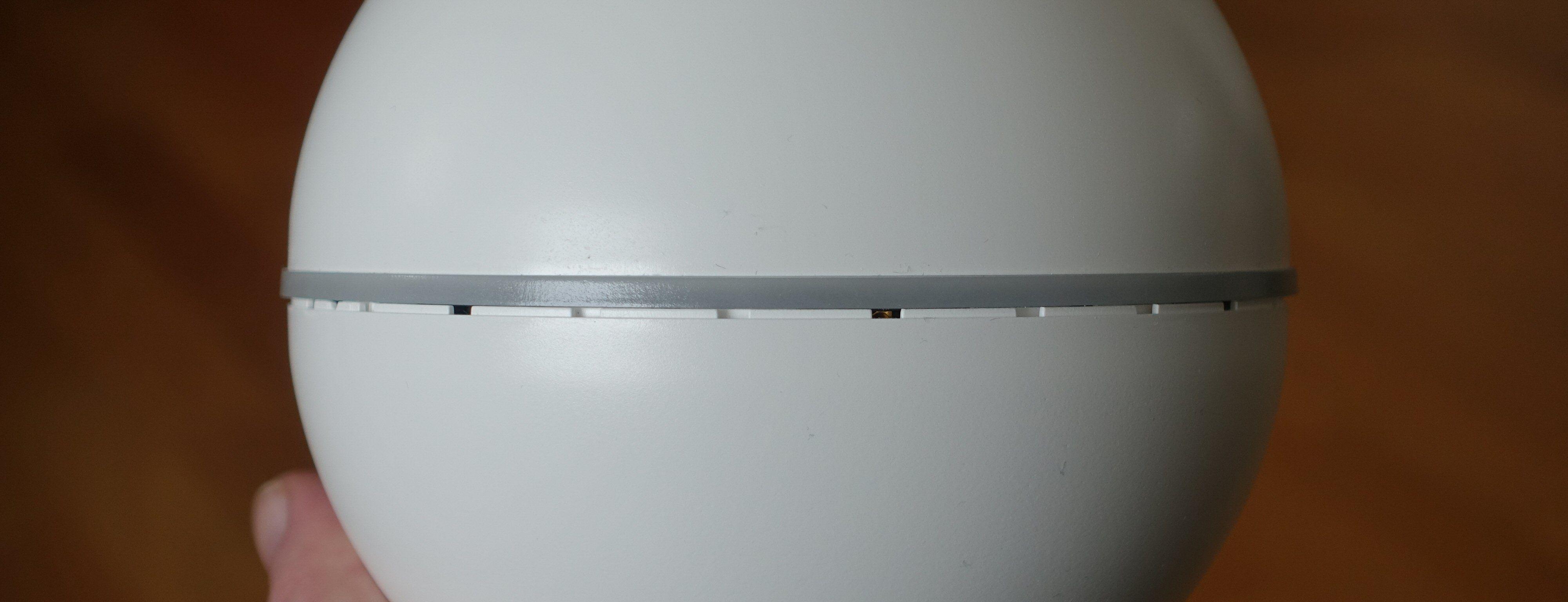Rett under LED-ringen ser vi også hullene som sørger for god spredning på IR-signalene.