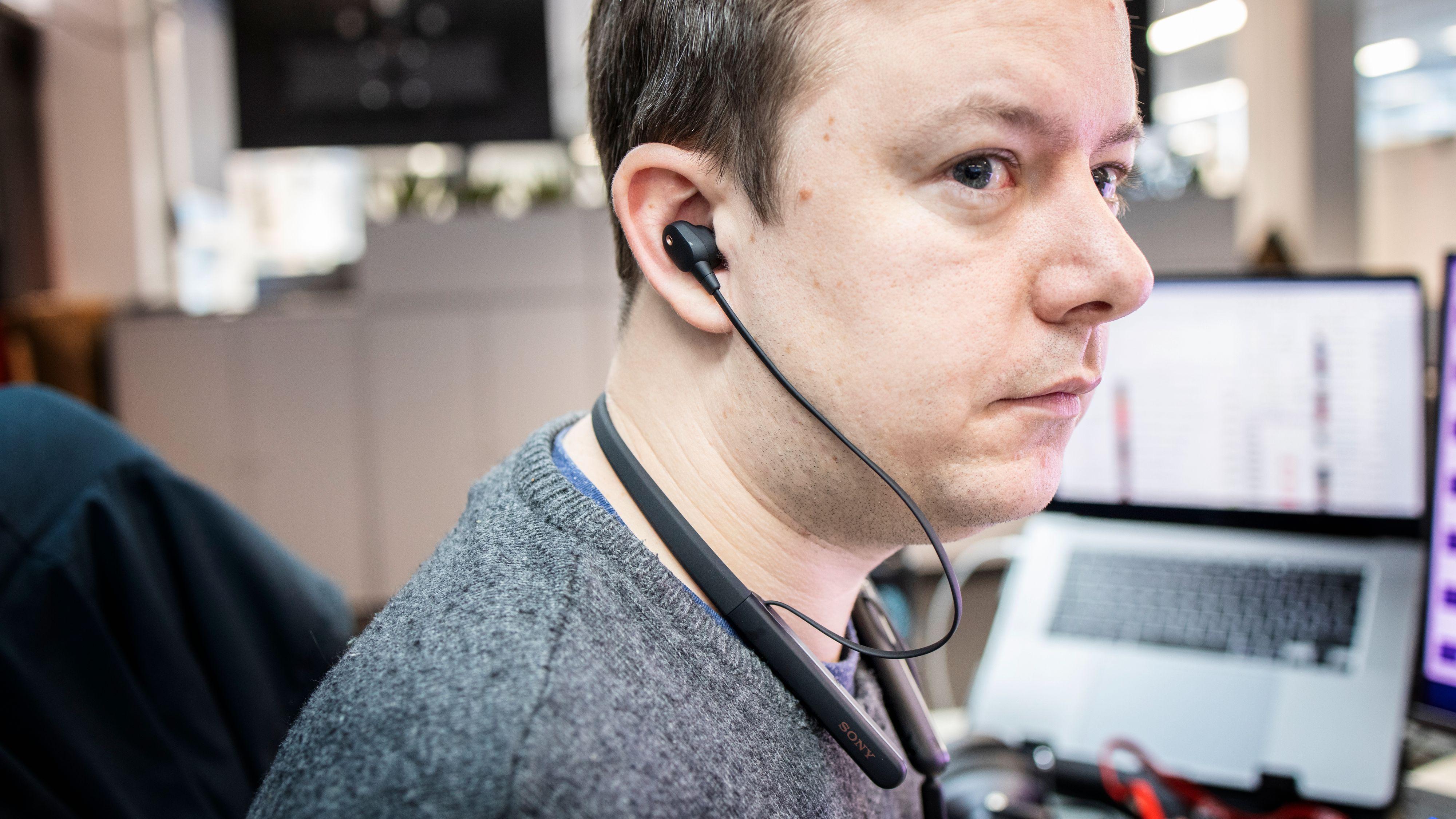 Nakkebøyle-formen føles kanskje litt gammeldags i 2020. Sony har imidlertid dyttet inn alt de har av teknologi i WI-1000XM2, her modellert av nyhetssjef Niklas.
