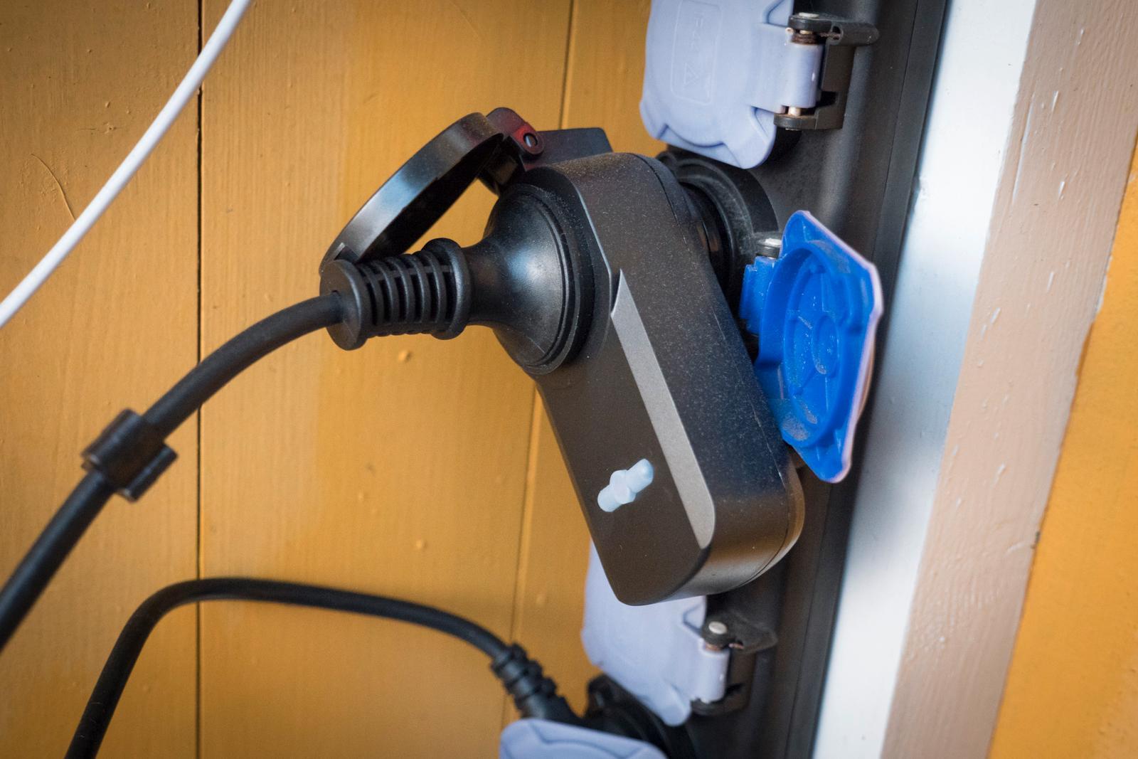 Denne utendørspluggen er koblet til motorvarmeren og kan fjernstyres fra mobilen. Via IFTTT kan jeg også koble den til Google-kalenderen min, slik at den kan starte 15 minutter før bestemte aktiviteter. Men jeg må gjøre det. Den lærer seg ikke på noe vis når jeg er ute med bilen og tar egne valg. Nyttig, avansert, men ikke direkte smart.