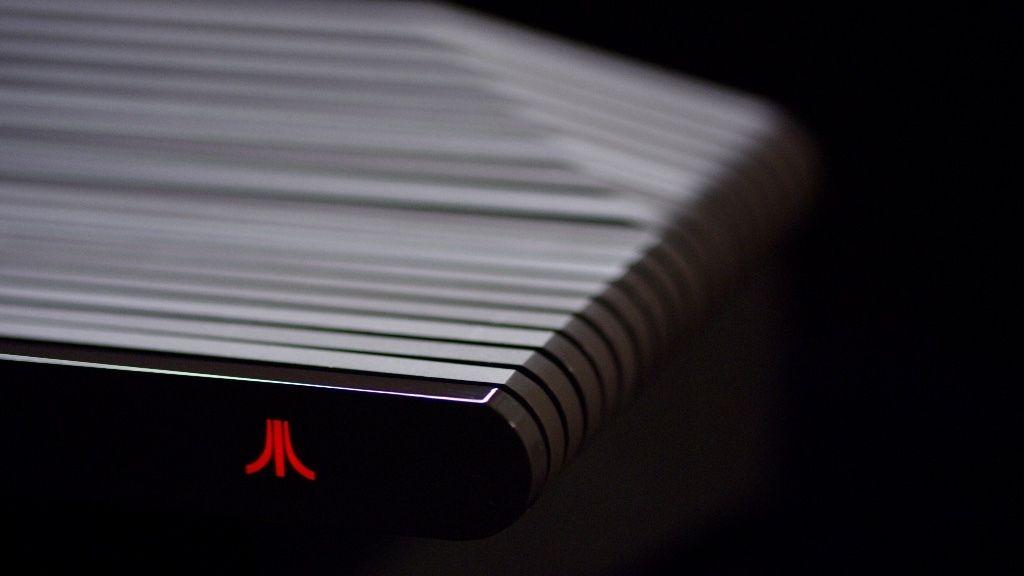 En variant har trepanel, en annen har plastpanel. Bilde: Atari