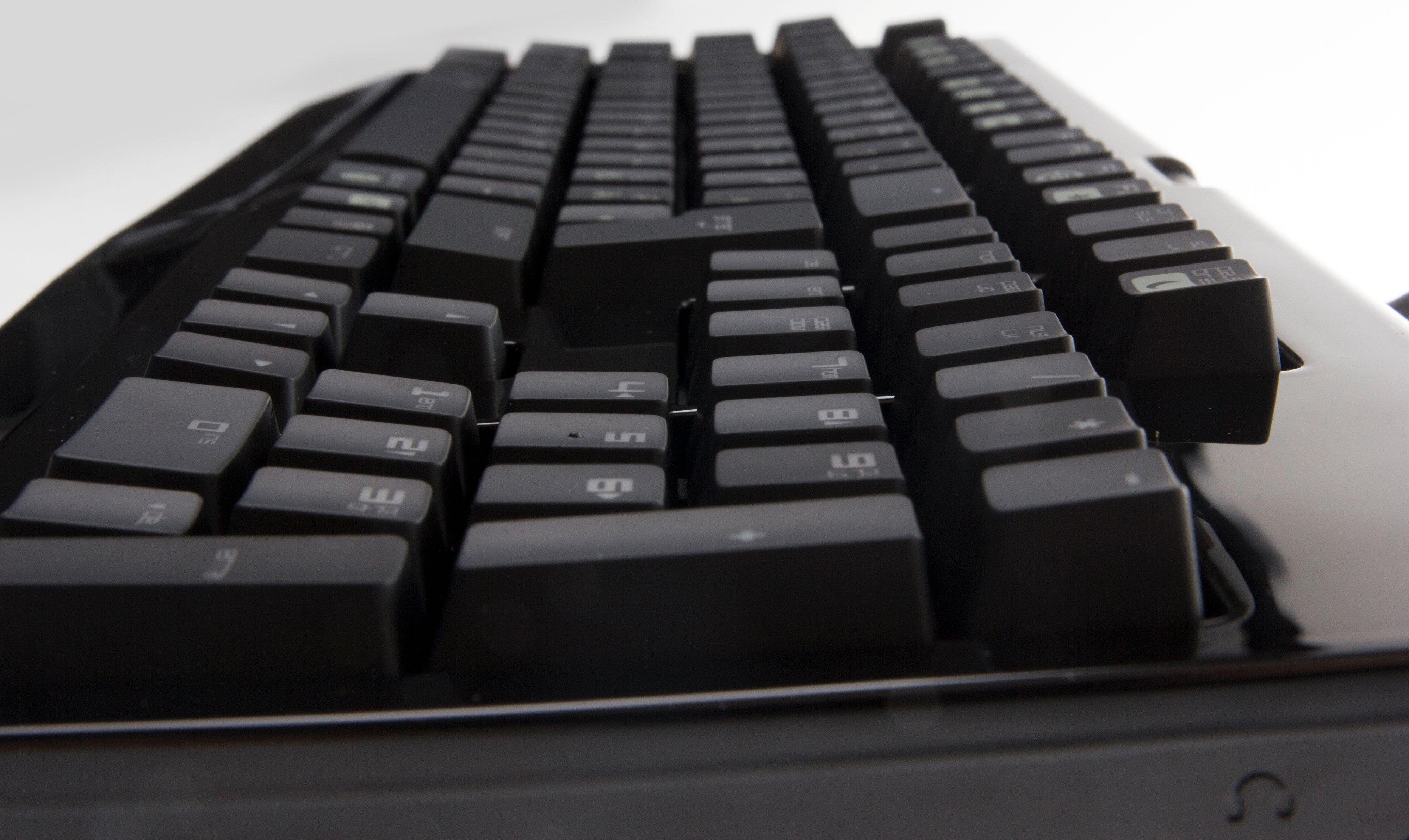 Mekaniske tastaturer er tykkere enn membrantastaturer.Foto: Niklas Plikk, Hardware.no