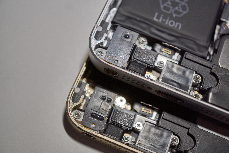 Hodetelefoninngang og høyttaler m.m. på iPhone 5S (nederst) og SE.