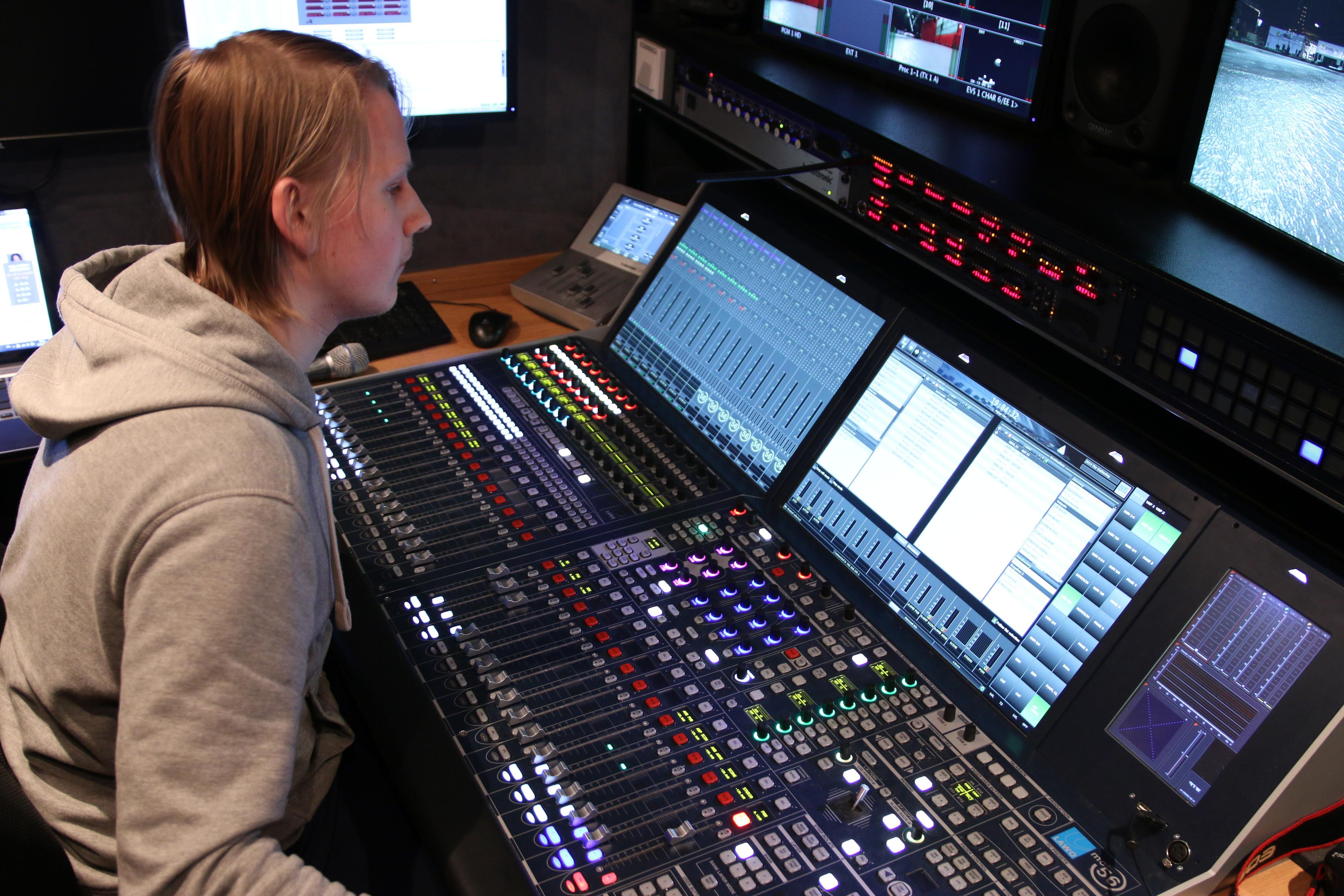 Det gjelder å ha tunga rett i munnen når man skal ha kontroll over lyden. .Foto: Ole Henrik Johansen / Hardware.no
