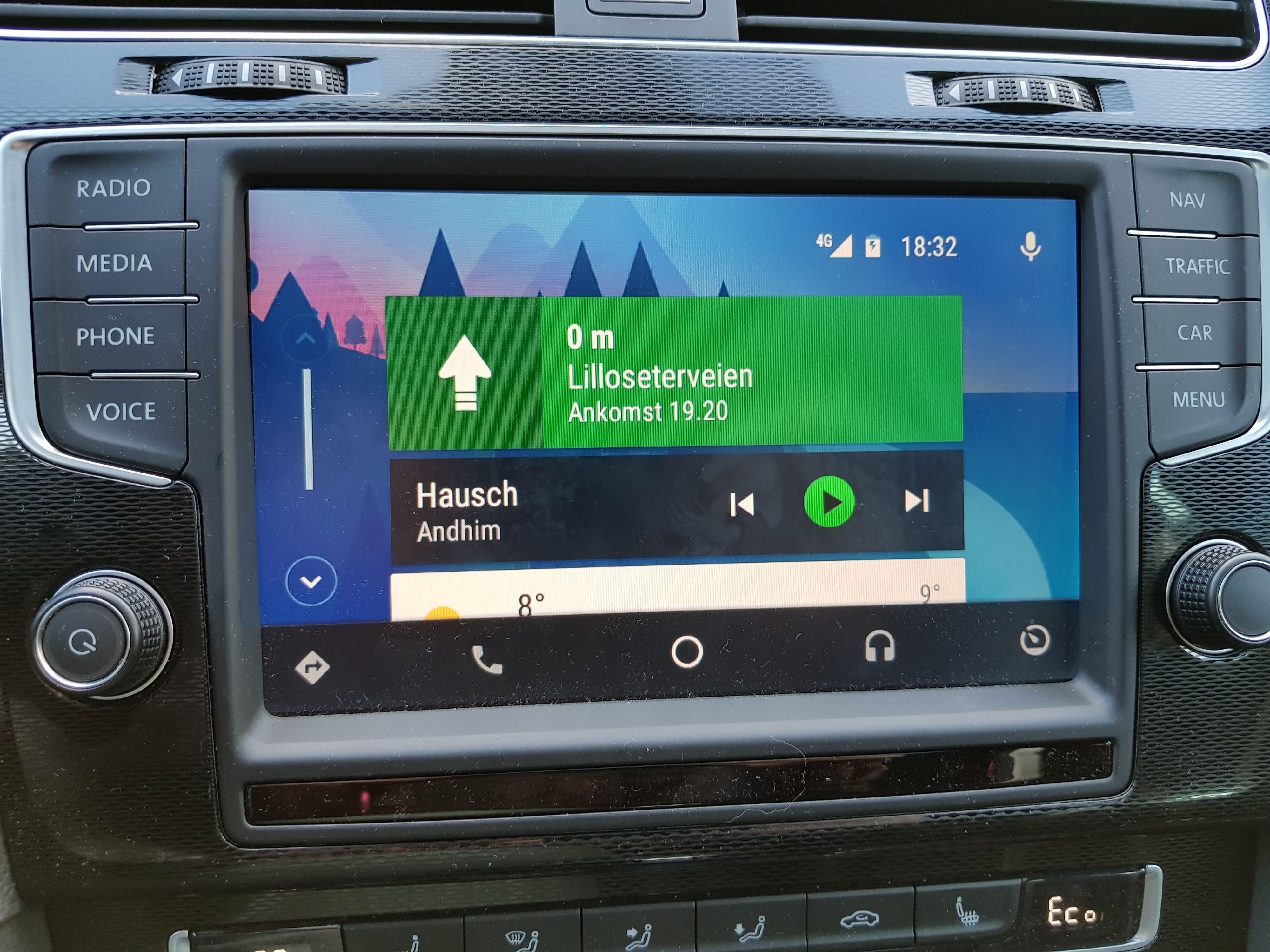 Hjemmeskjermen for Android Auto viser løpende gjøremål, og forslag til nye steder, samt litt grunnleggende informasjon om varslinger og vær. Men noen ren appmeny har du ikke her. Bilde: Finn Jarle Kvalheim, Tek.no