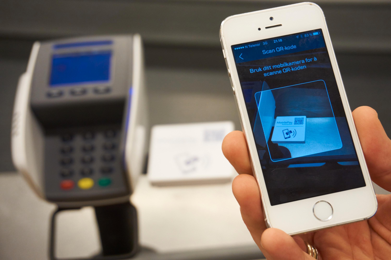 QR-kode kan også benyttes. Da kan enten en stor kode på skjermen skannes, eller en liten på betalingsplaten. Uansett hvilken av dem du velger – det går langt fortere å bruke Bluetooth LE eller NFC.