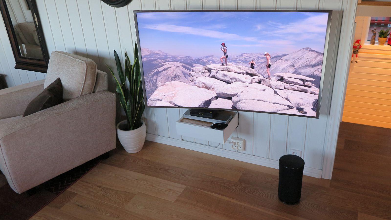 Strømmehøyttaleren R5 spiller TV-lyden trådløst, og settes opp på få sekunder. Men de innebygde høyttalerne i Samsung 9005-TV-en spiller vel så godt som det R5 gjør alene. Foto: Espen Irwing Swang, Tek.no