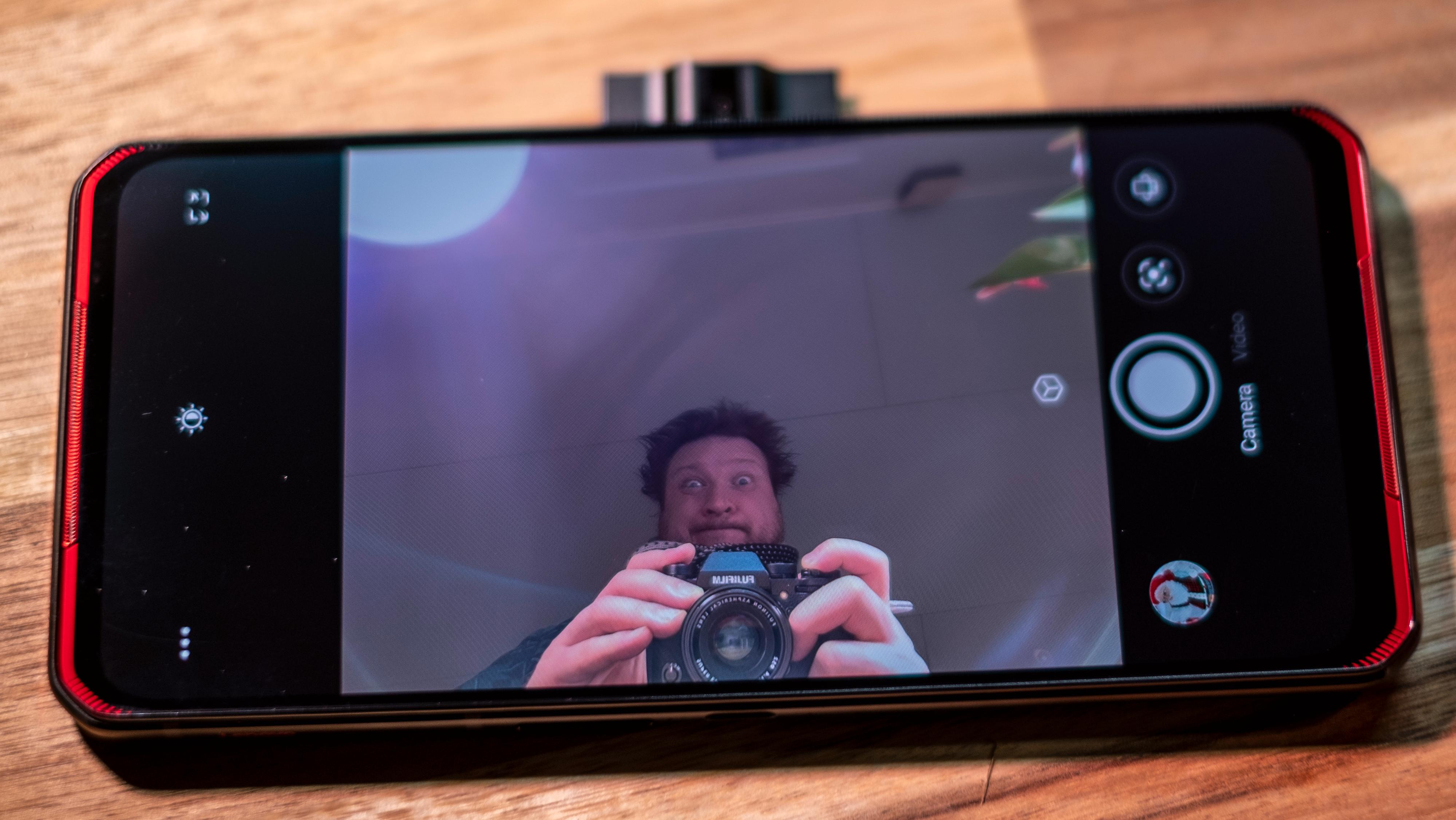 Heisann! Kameraet spretter ut på siden av telefonen. Det er perfekt for strømming mens du spiller - og vesentlig mindre perfekt for en kjapp selfie med én hånd.