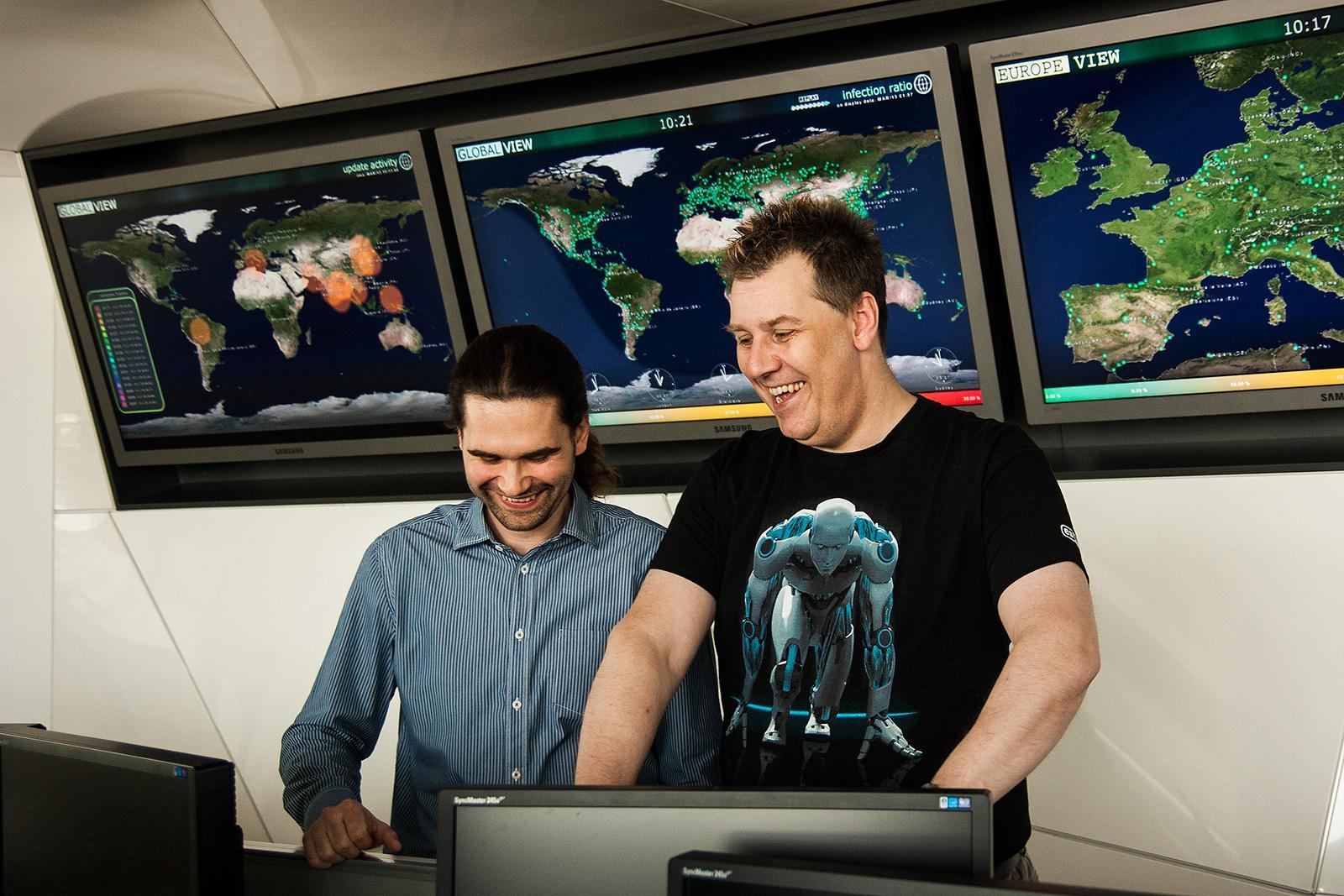 Righard Zwienenberg, her med Juraj Malcho i viruslaben, sier store tyverier gjør det vanskelig å vite hvem som kan stå bak.Foto: Varg Aamo, hardware.no