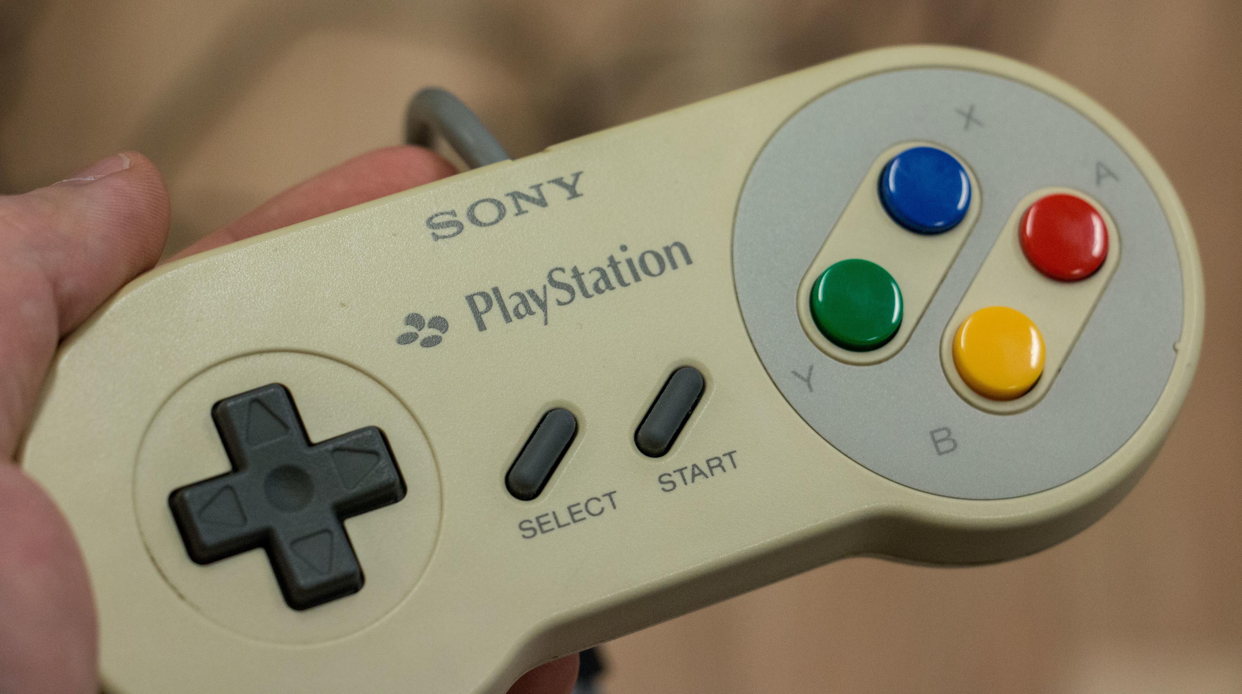 Ved første øyekast ser det kanskje ut som en vanlig SNES-kontroller, helt til du ser logoene. Dette er trolig det første produktet med en PlayStation-logo.