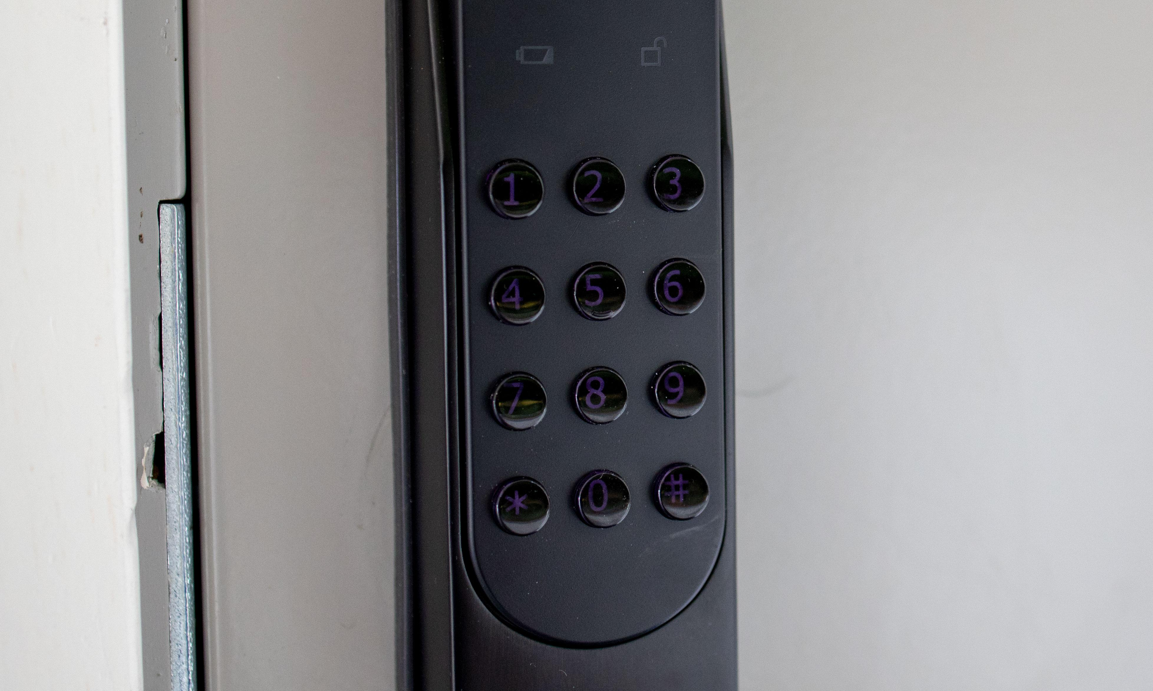 Knappene lyser opp når du trykker på dem, og i dagslys kan du fint se hva det står på dem uten lys. Men når det er mørkt ute er det nesten umulig å se tallene på knappene uten å trykke på dem. De er imidlertid veldig gode og taktile, og det går lynraskt å trykke inn koden din på den. Betydelig bedre enn for eksempel Danalock-keypaden vi testet tidligere.