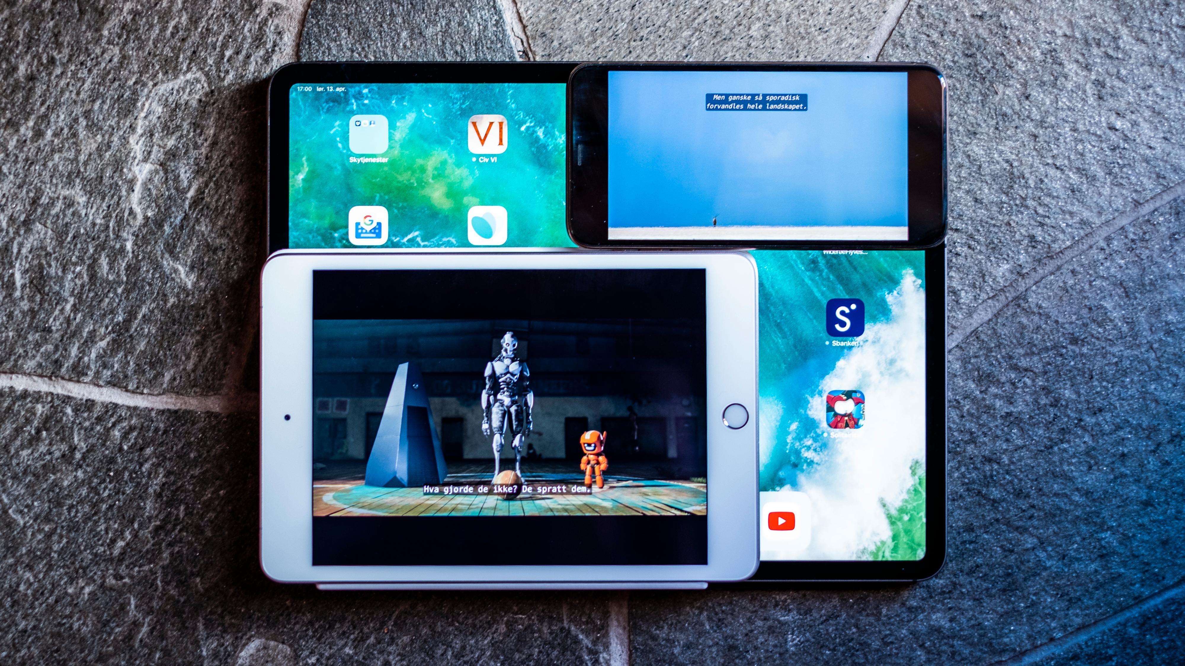 iPad Mini og iPhone Xs Max oppå iPad Pro 12,9. Du vinner både vesentlig større filmbilde enn på iPhone og langt mer praktisk formfaktor enn de største iPadene med iPad Mini. Og bruker du den til ting som ikke forutsetter spesielt brede skjermer får du mye ekstra plass å boltre deg på sammenliknet med telefonen.