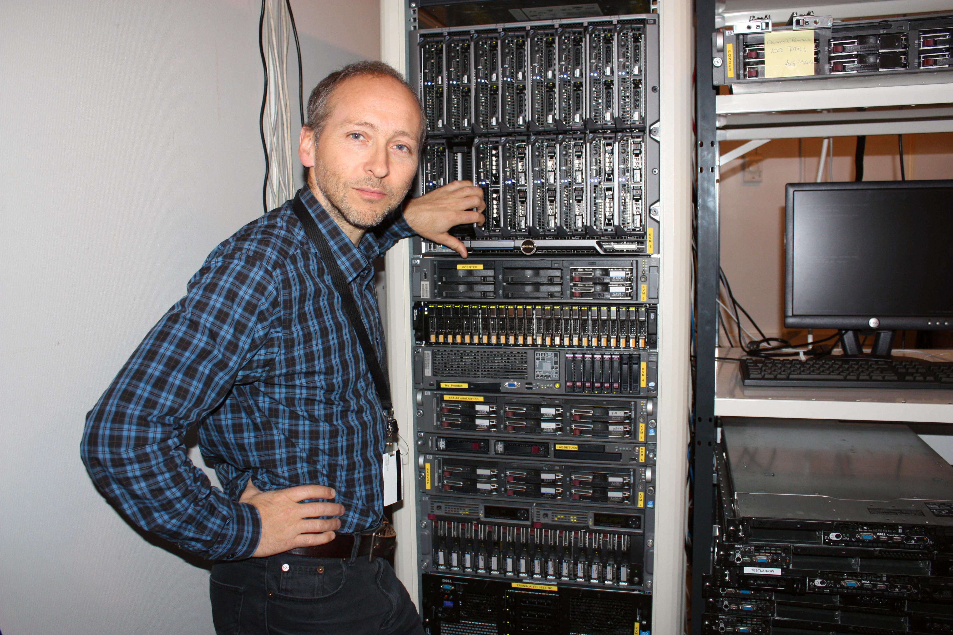 Mats Eilertsen i maskinrommet.Foto: Therese Mjøen/HiST