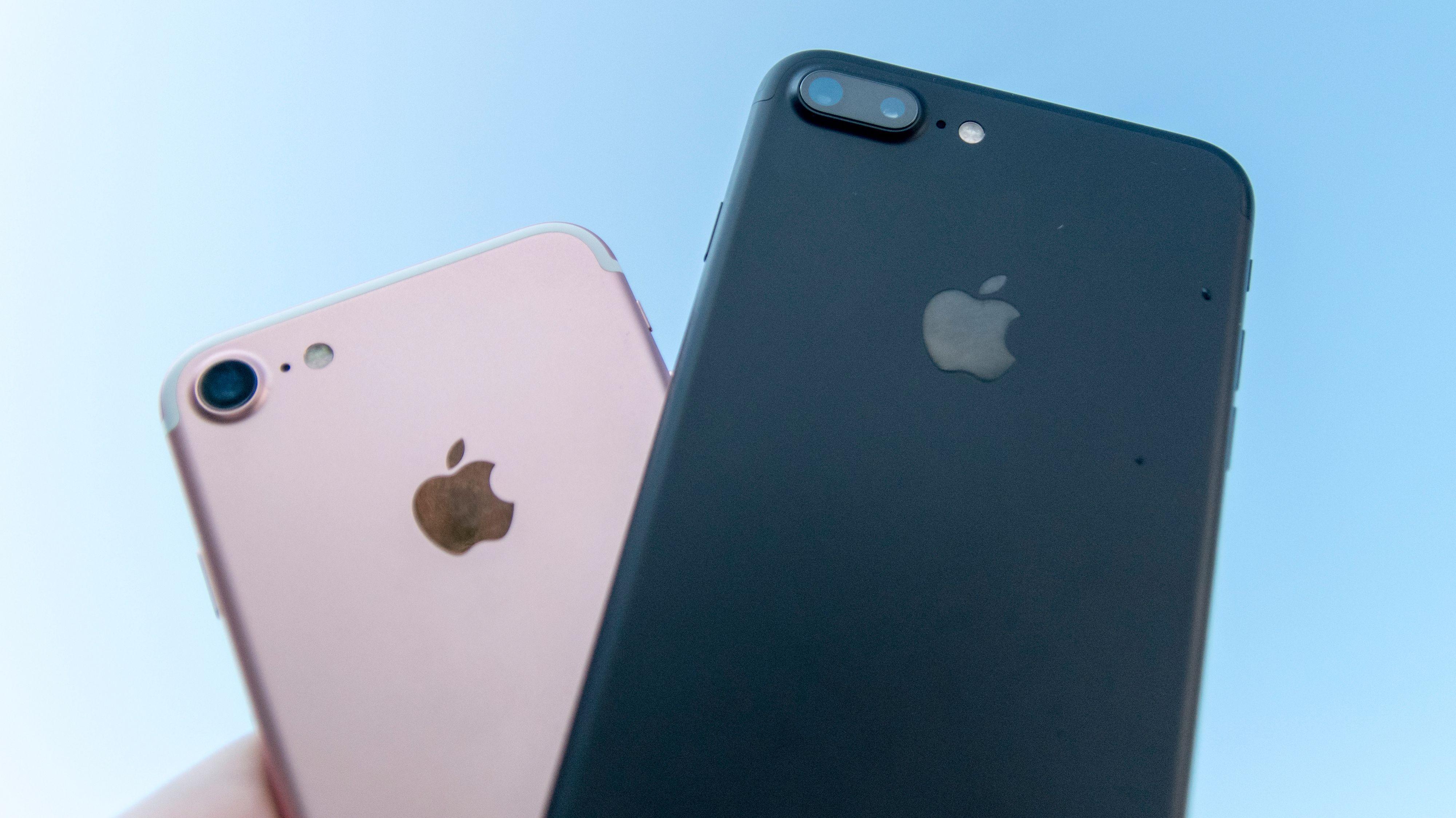 iPhone 7 Plus (t.h.) er årets mobiltelefon. Lillebror til venstre.