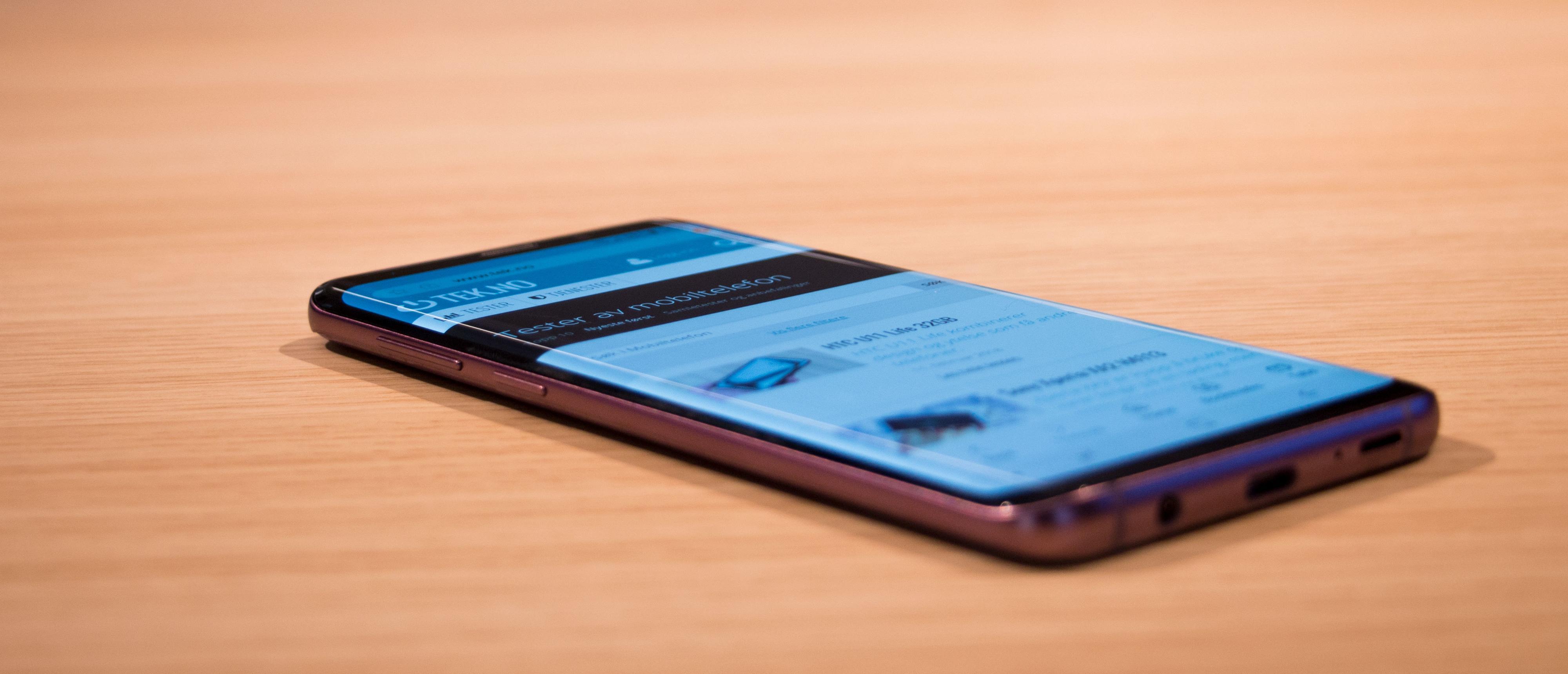 Rammen rundt har blitt bittelitt mindre over og under, men ellers ser de nye Galaxy-modellene veldig kjent ut. Her avbildet en rosa variant av Galaxy S9+.