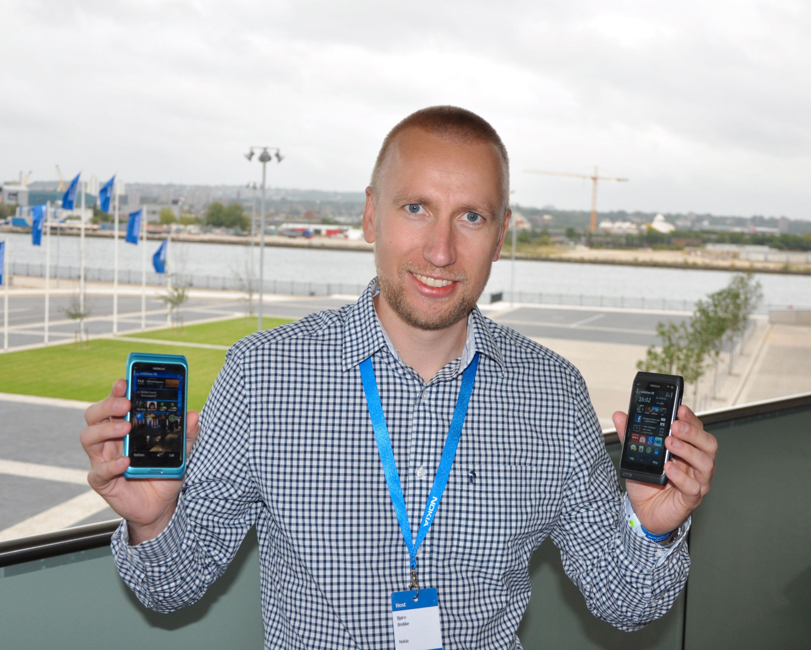 Nokias salgssjef Bjørn Egil Brekke holder opp to av fire Symbian^3-håp i kampen mot Android-enheter og epletelefoner.