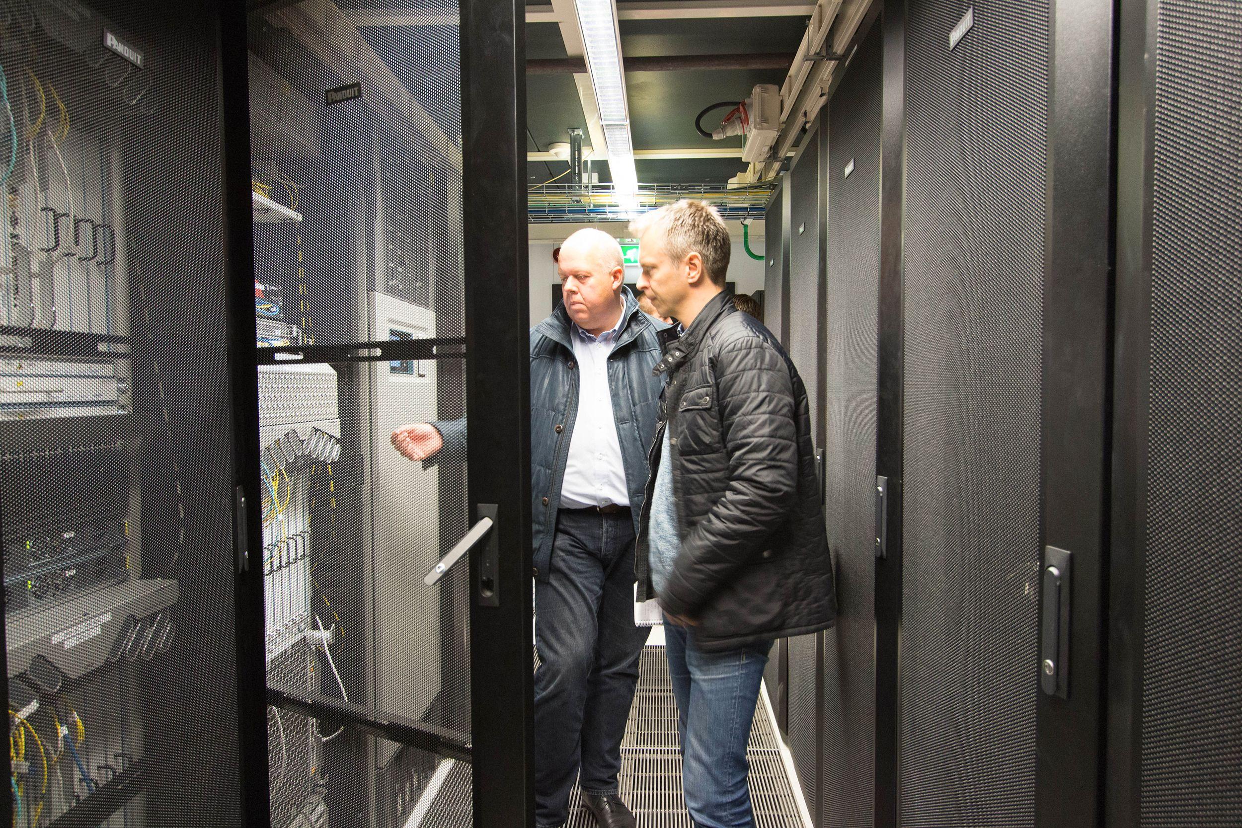 Per Øyvind Ødegård (til venstre) i Altibox forklarer Tek.nos Kurt Lekanger hvordan kjernenettet er bygget opp. Foto: Vegar Jansen, Tek.no