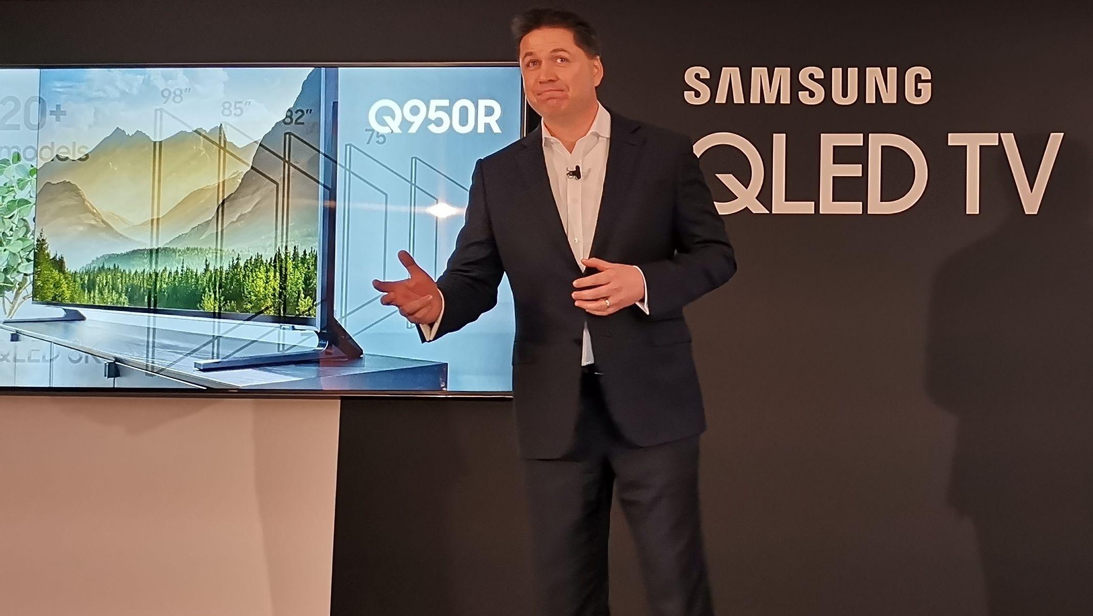 Europeisk visepresident for lyd og bilde i Samsung, Guy Kinnell, viser frem sine nye toppmodeller med 8K- og 4K-oppløsning i Portugal.