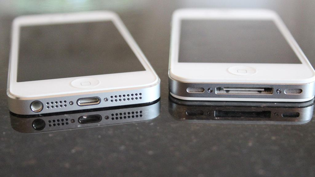 iPhone 5 (til venstre) var den første telefonen fra Apple med Lightning-inngang. Forgjengeren, iPhone 4S, hadde en 30-pins, proprietær inngang – men som faktisk hadde støtte for analog lyd!
