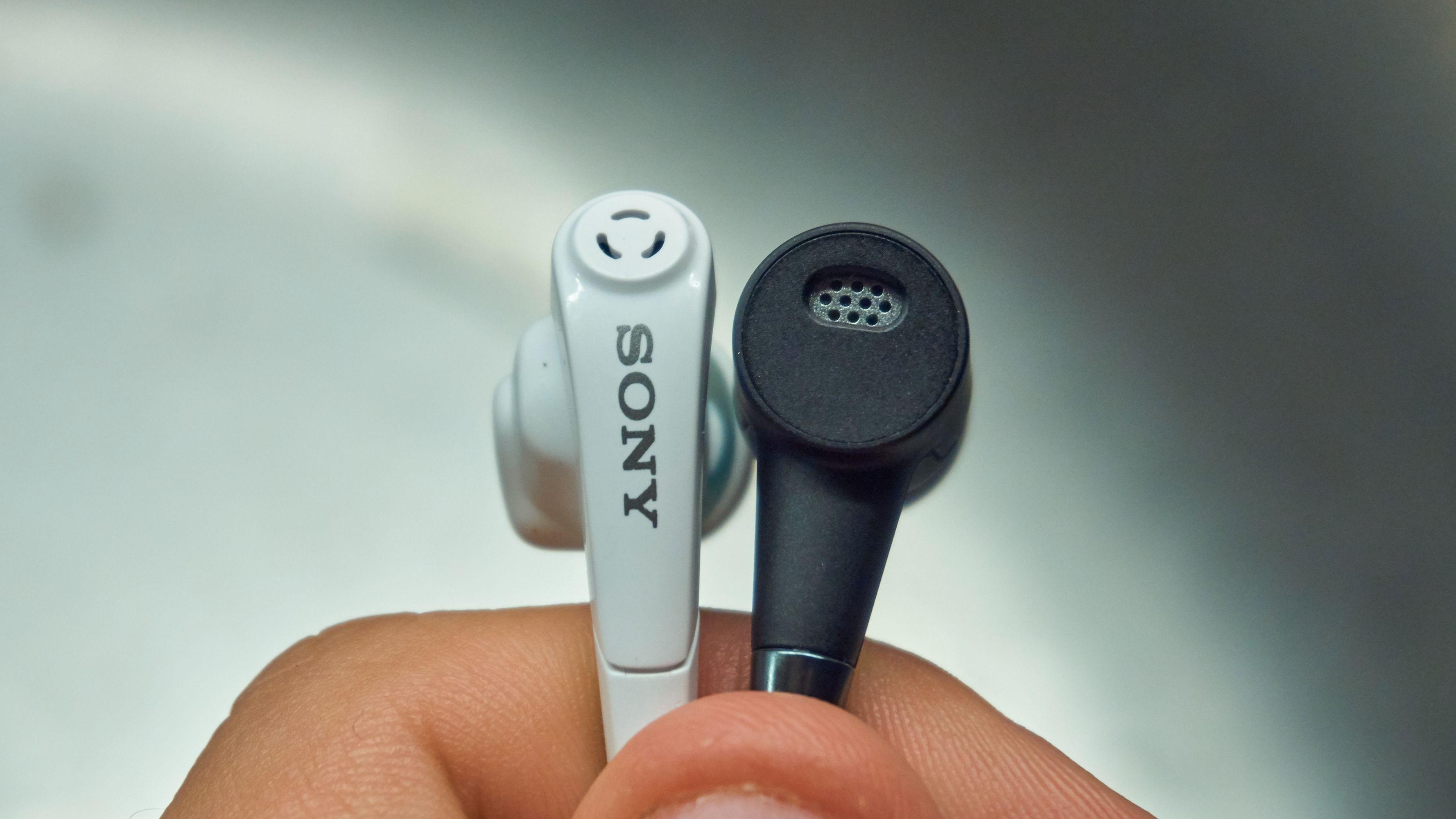Her sitter mikrofonene som står for støykanselleringen.