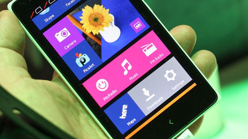 Nokia X er ikke akkurat en vanlig Android-mobil. Ikke har du tilgang til Google Play Store, og dessuten ser grensesnittet ut som Metro-grensesnittet på en Windows Phone-mobil.Foto: Espen Irwing Swang, Amobil.no