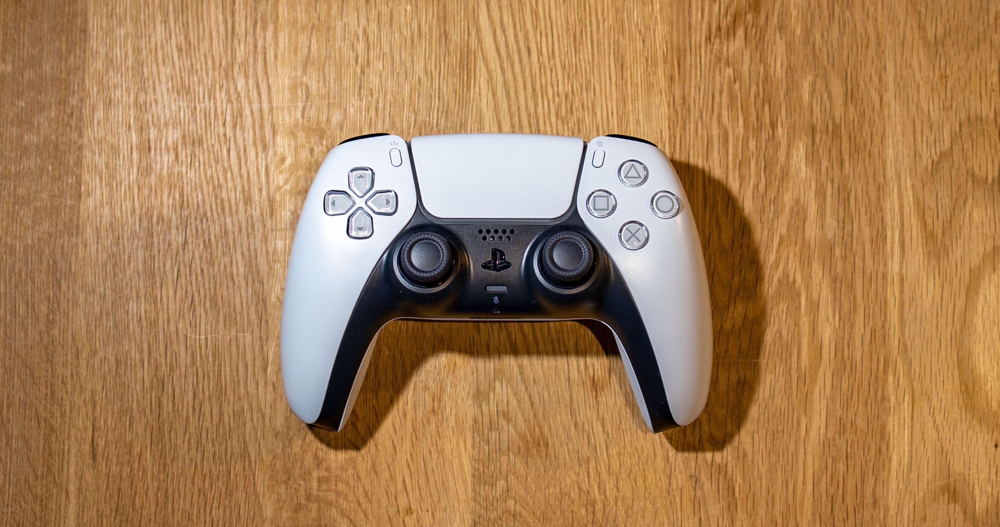 DualSense-kontrolleren har et design som skiller seg ut.