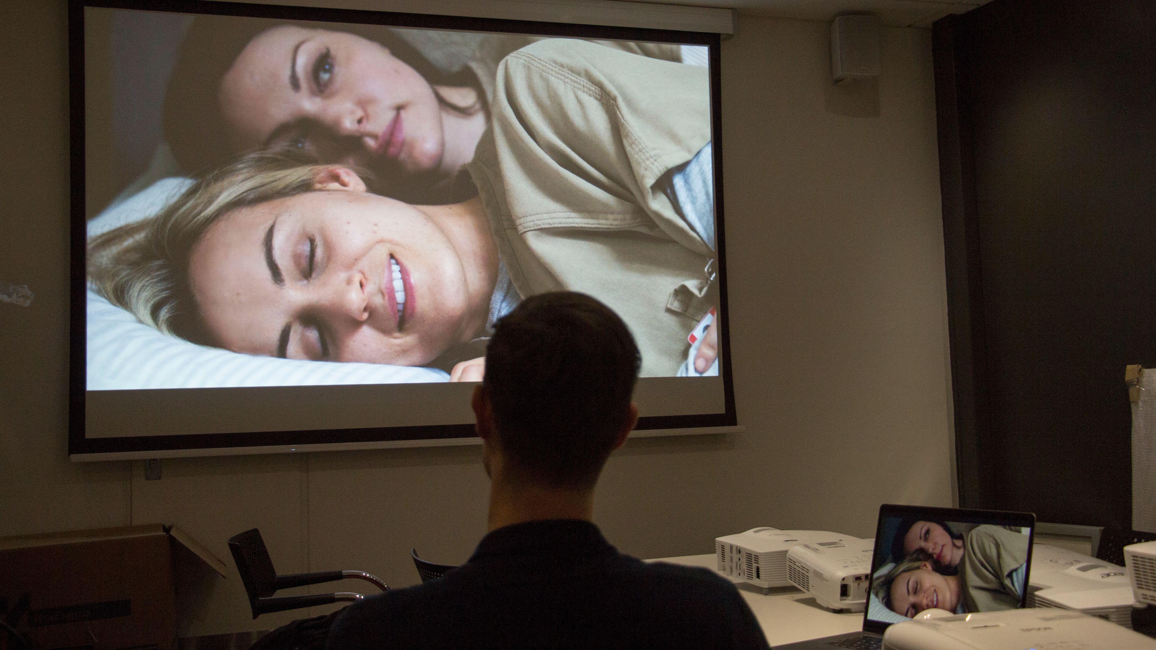 Med en projektor er det langt enklere og billigere å få et enormt bilde. Her Orange is the New Black. Bilde: Ole Henrik Johansen / Tek.no