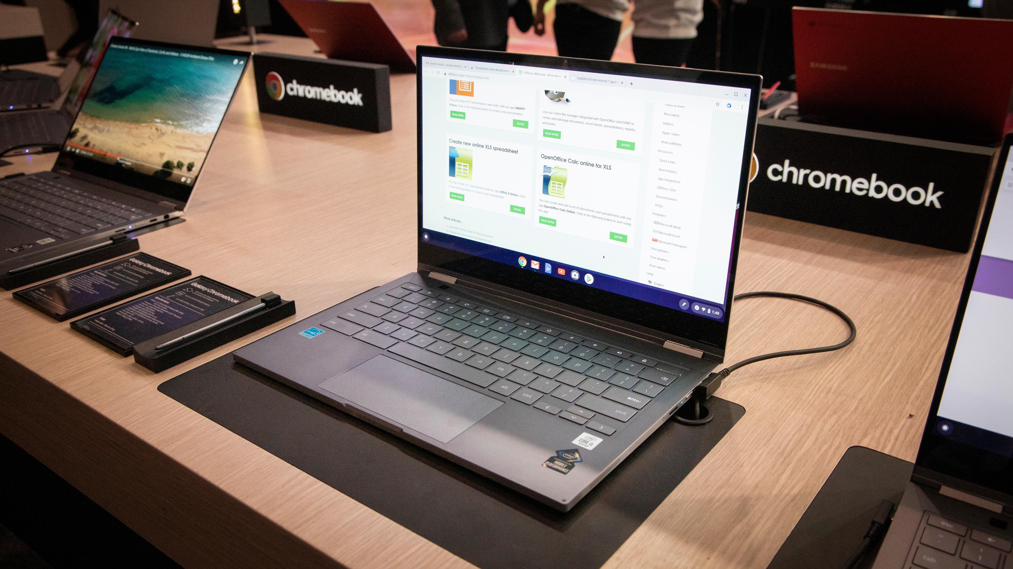 Galaxy Chromebook er noe så nært som en luksus-Chromebook som det går an å få. Den får en 13,3-tommers AMOLED-skjerm med 4K-oppløsning og som kan rotere hele veien rundt. Batteriet skal holde til rundt åtte timers bruk, den kommer med tiendegenerasjons Intel Core-prosessor og du kan få opptil 16 GB RAM og 1 TB lagring.