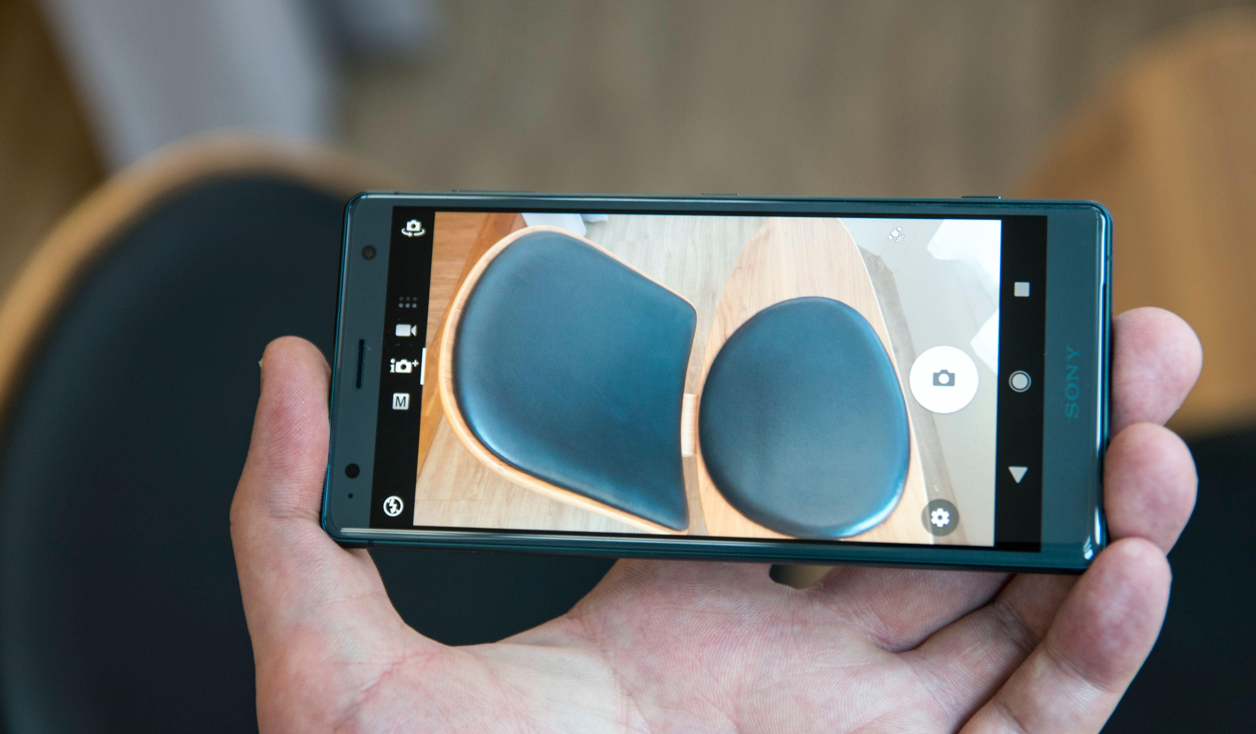 Kameraet er det samme som før, men det har fått seg noen oppdateringer i programvaren, og en raskere prosessor betyr at det kan ta seg tid til mer digital opprydning i bilder og mer avanserte videofunksjoner.