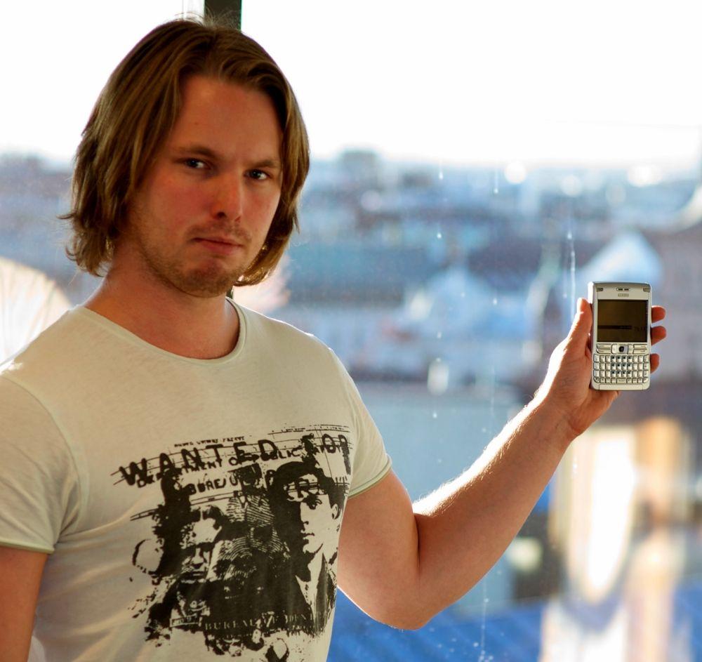 Vilhelm Dybwad må administrere det nettbaserte selskapet sitt fra denne telefonen i påvente av HTC Desire HD. (Foto: Privat)