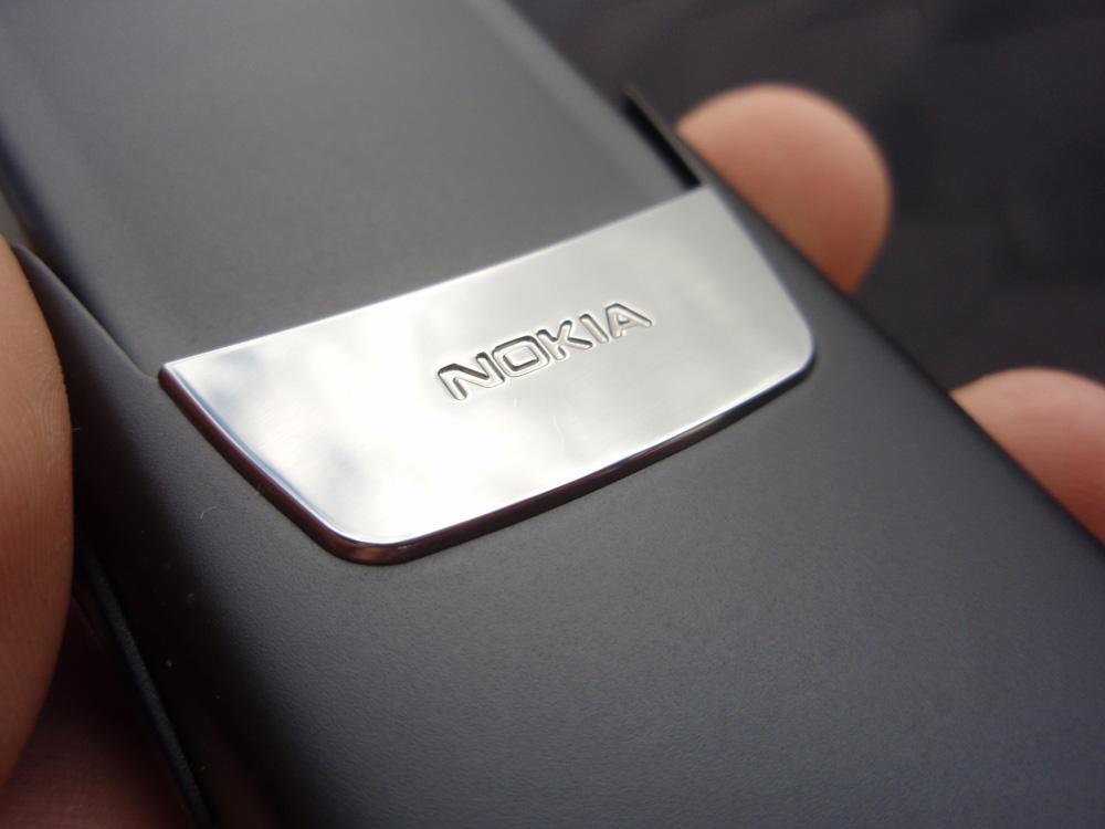 På baksiden finner du en speilblank detalj med Nokia-påskrift.