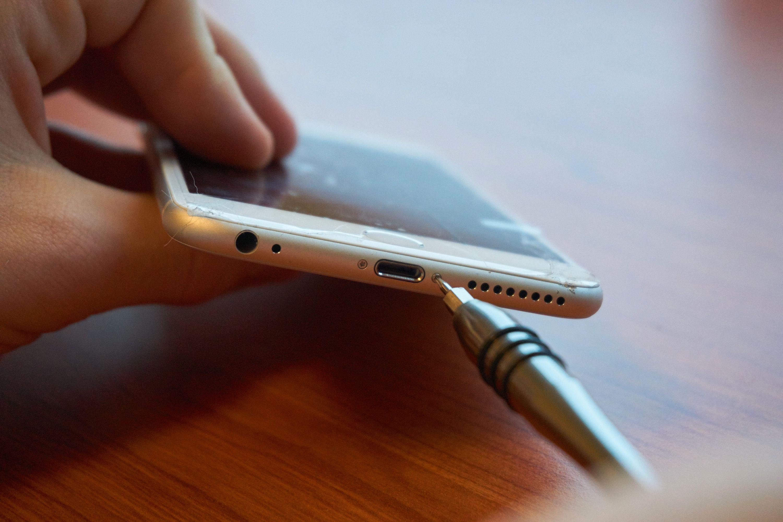 Det første man må gjøre, er å skru ut de to pentalobe-skruene under. Her må man ha spesialutstyr, for Apple er bortimot de eneste som bruker akkurat denne typen skruer.