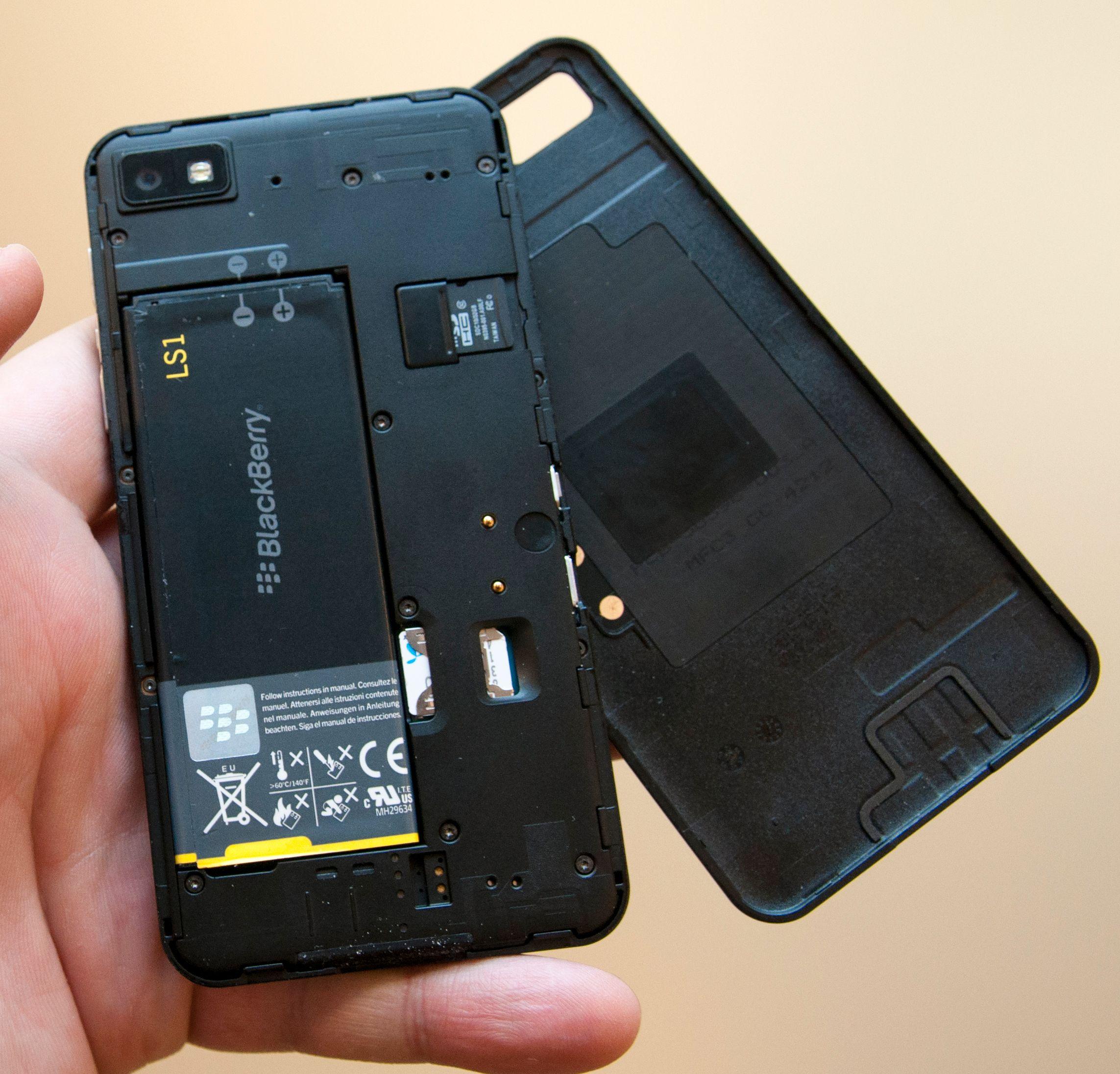 Under dekselet finner du plass for SIM-kort, minnekort og et batteri på 1800 mAh.Foto: Finn Jarle Kvalheim, Amobil.no