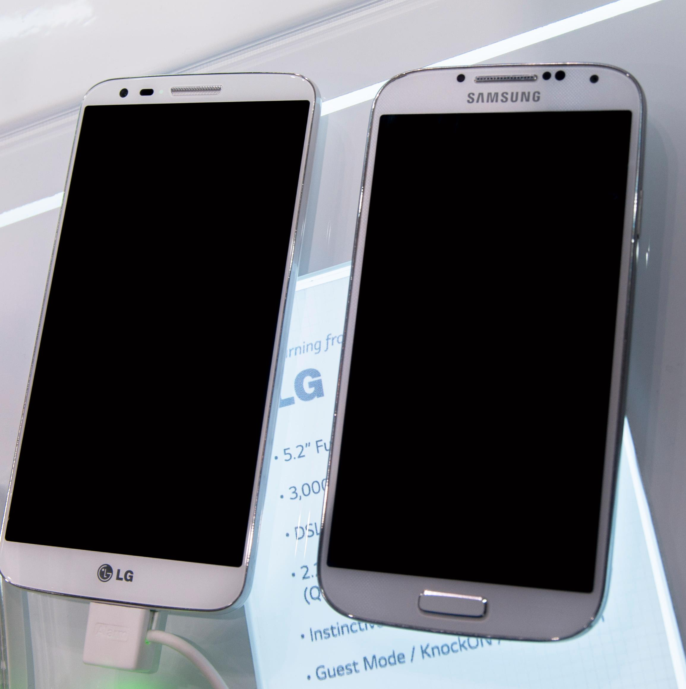 Det skal ikke være lett å skille seg ut. G2 likner mest av alt på en knappeløs Galaxy S4, men det er bare til du snur den.Foto: Finn Jarle Kvalheim, Amobil.no