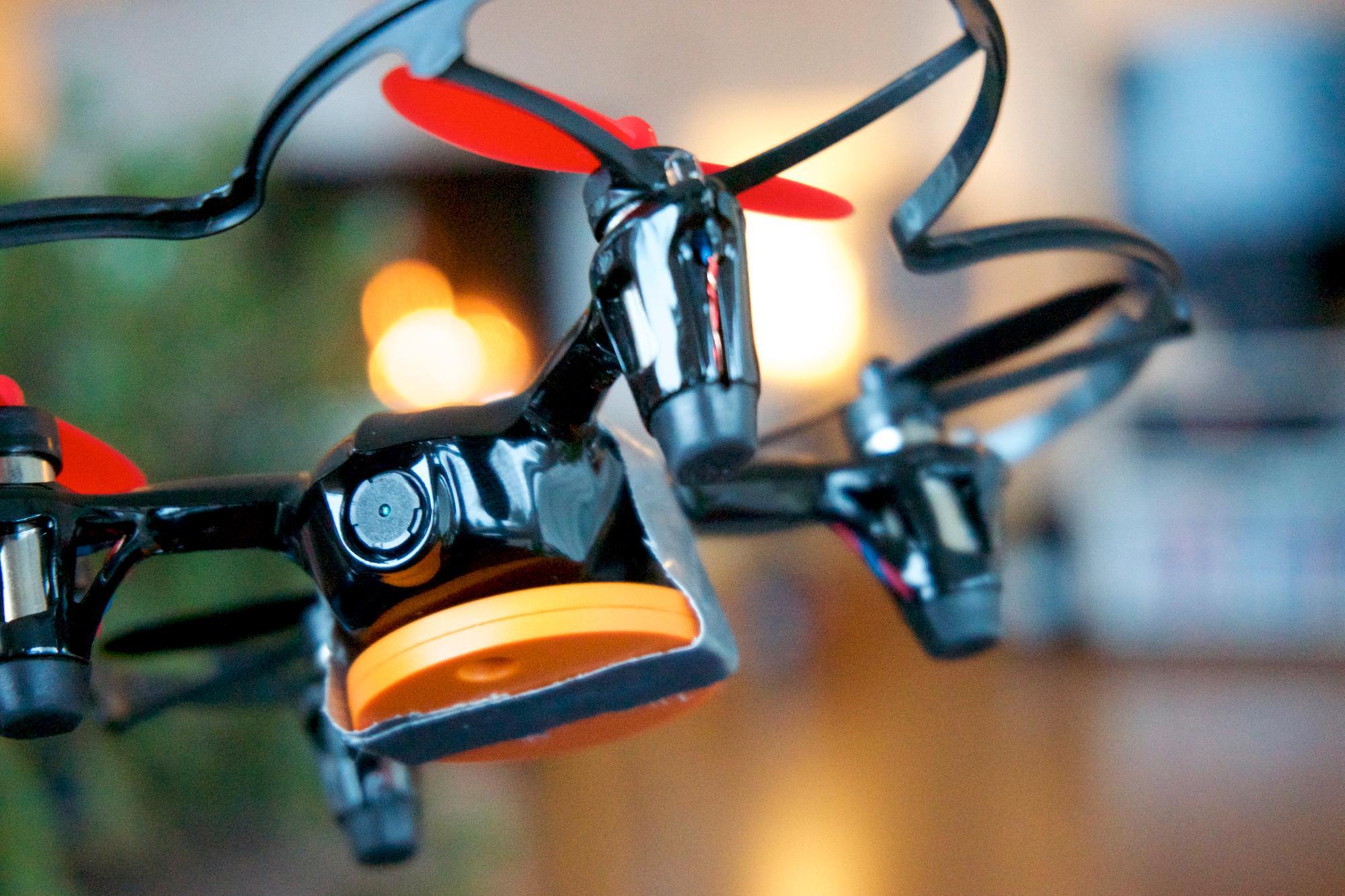Utover de mange nokså åpenbare bruksområdene til en sporingsbrikke, fant undertegnede ut at de kunne egne seg også til andre formål. Små droner, slik som Hubsan X4, blir lett borte i busk og kratt, og en sporingsbrikke kan hjelpe deg med å finne den igjen. Alt som kreves er litt gaffateip og litt kreativitet.