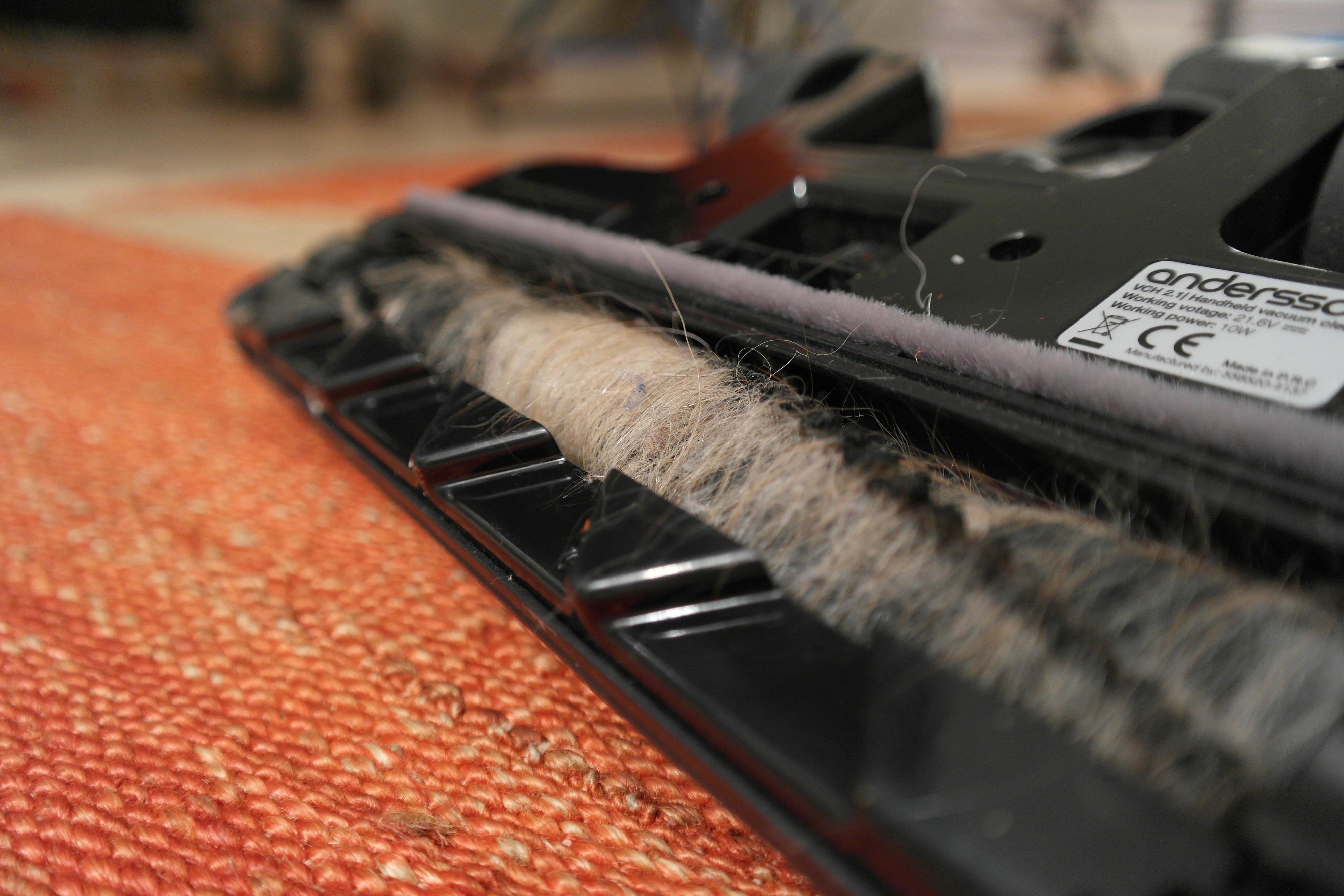 Munnstykket er godt på både tepper og parkett, men dessverre setter det seg fast mye hår