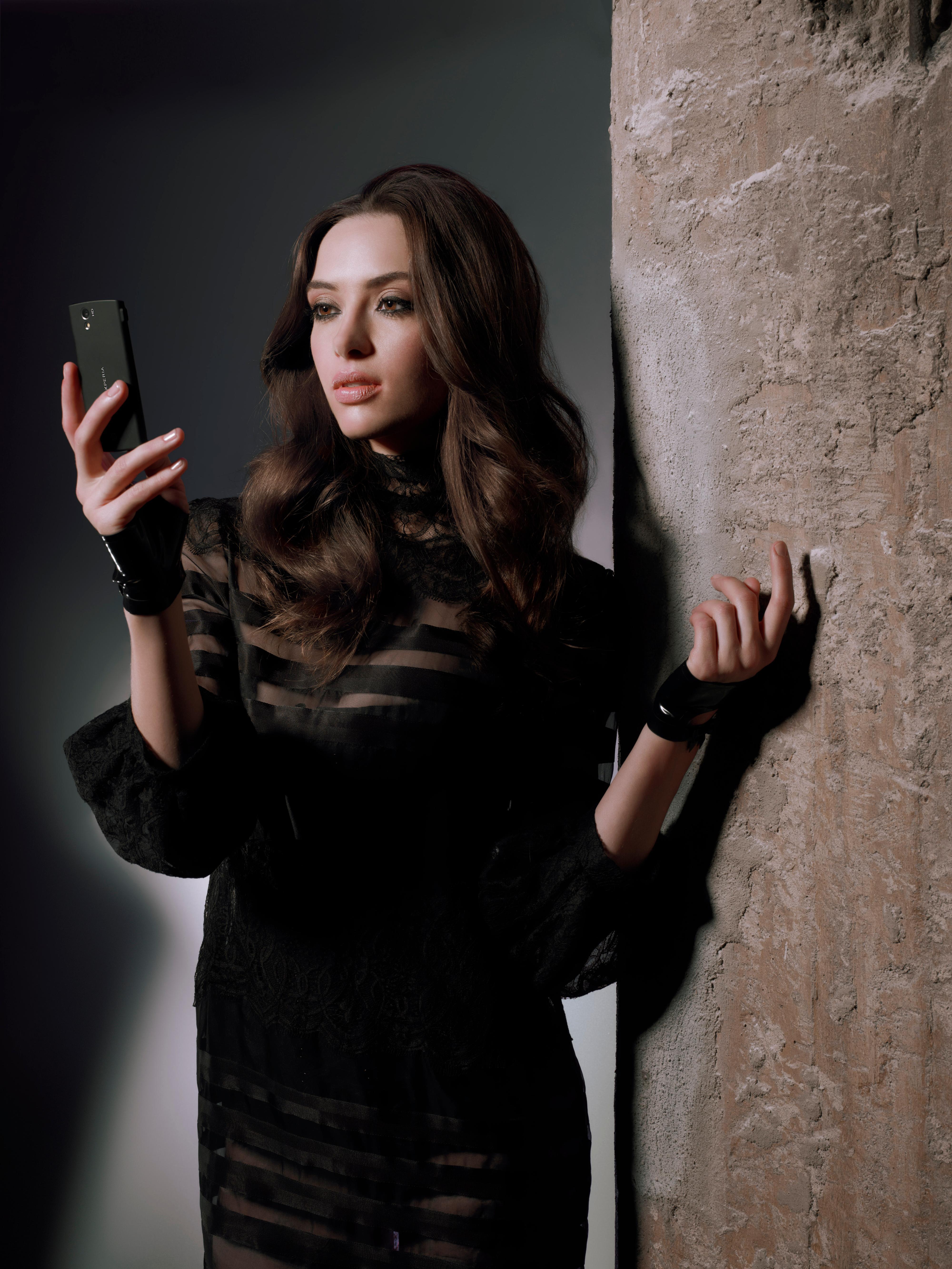 Telefonen kommer med svart bakdeksel, om du ikke synes det hvite er noe for deg. (Foto: Sony Ericsson)