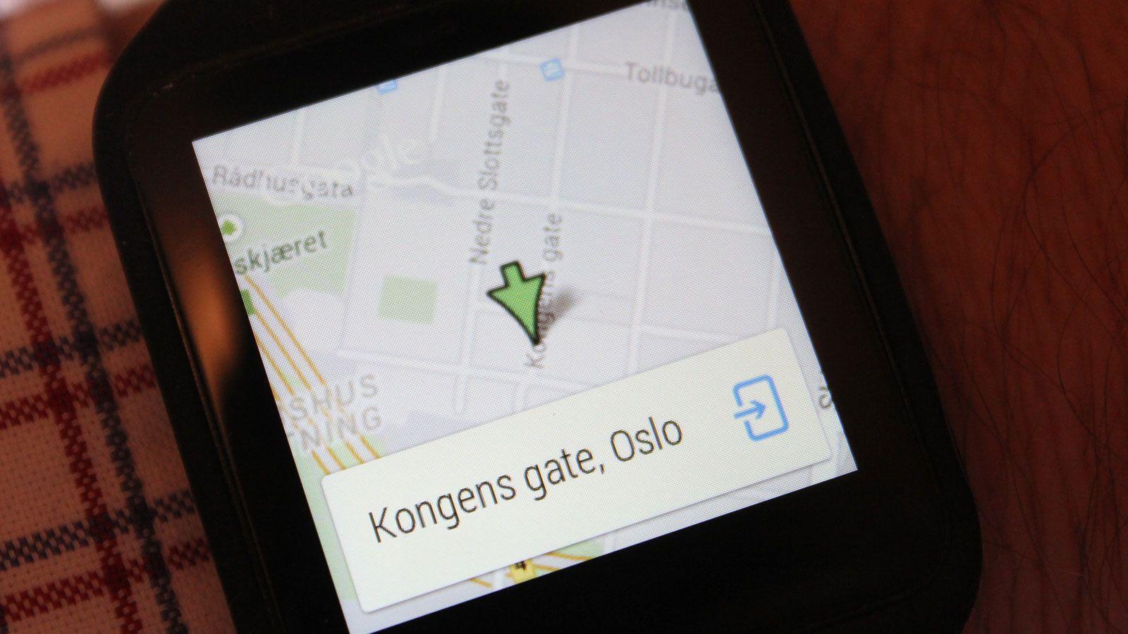 Søk etter et sted, og det vises et kart på klokka. Herfra kan du åpne for navigasjon på mobilen med piler som viser kjøreinstruksjoner på klokkeskjermen.Foto: Espen Irwing Swang, Tek.no